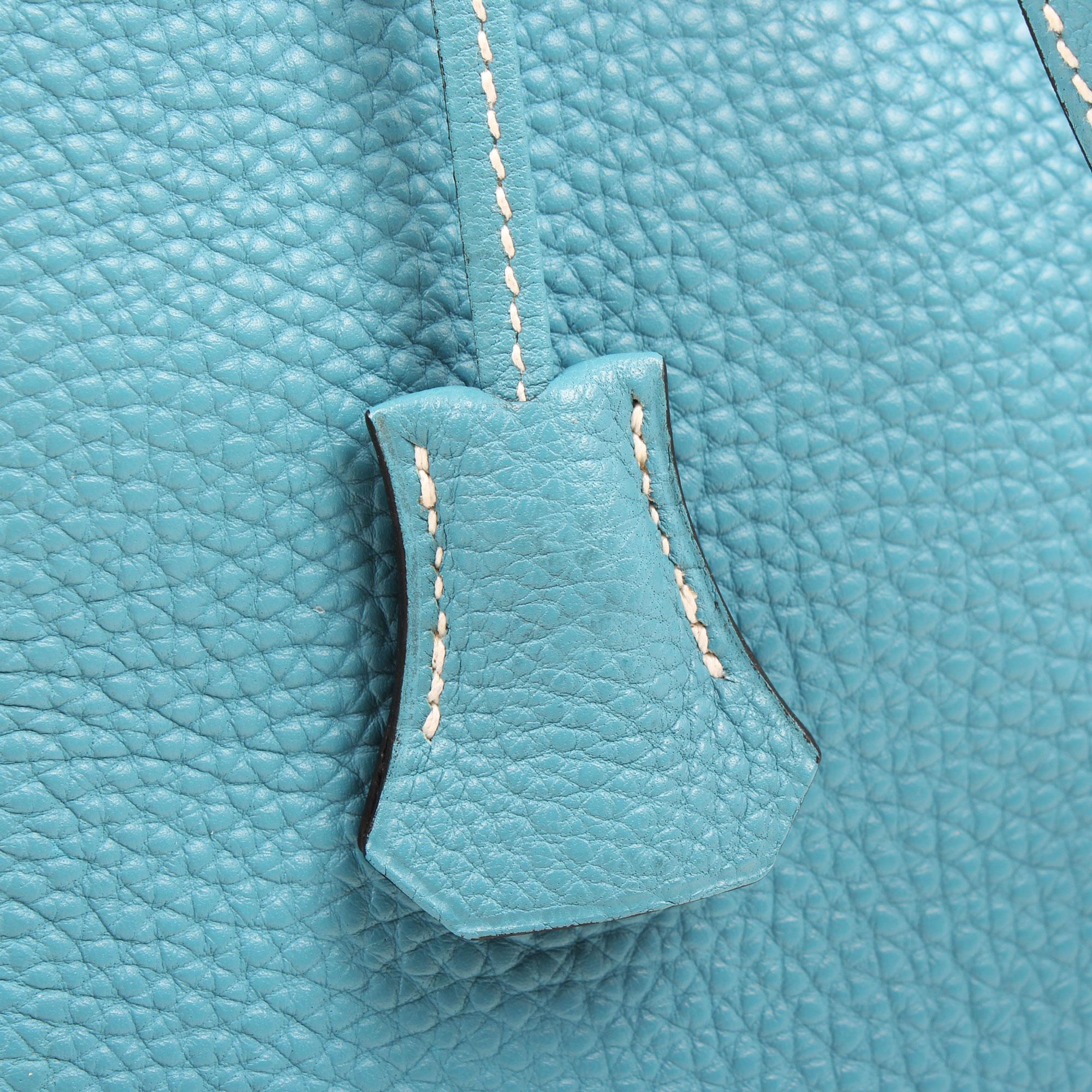 Imagen de la clochette del bolso hermes kelly 32 azul jean retourne fjord detalle