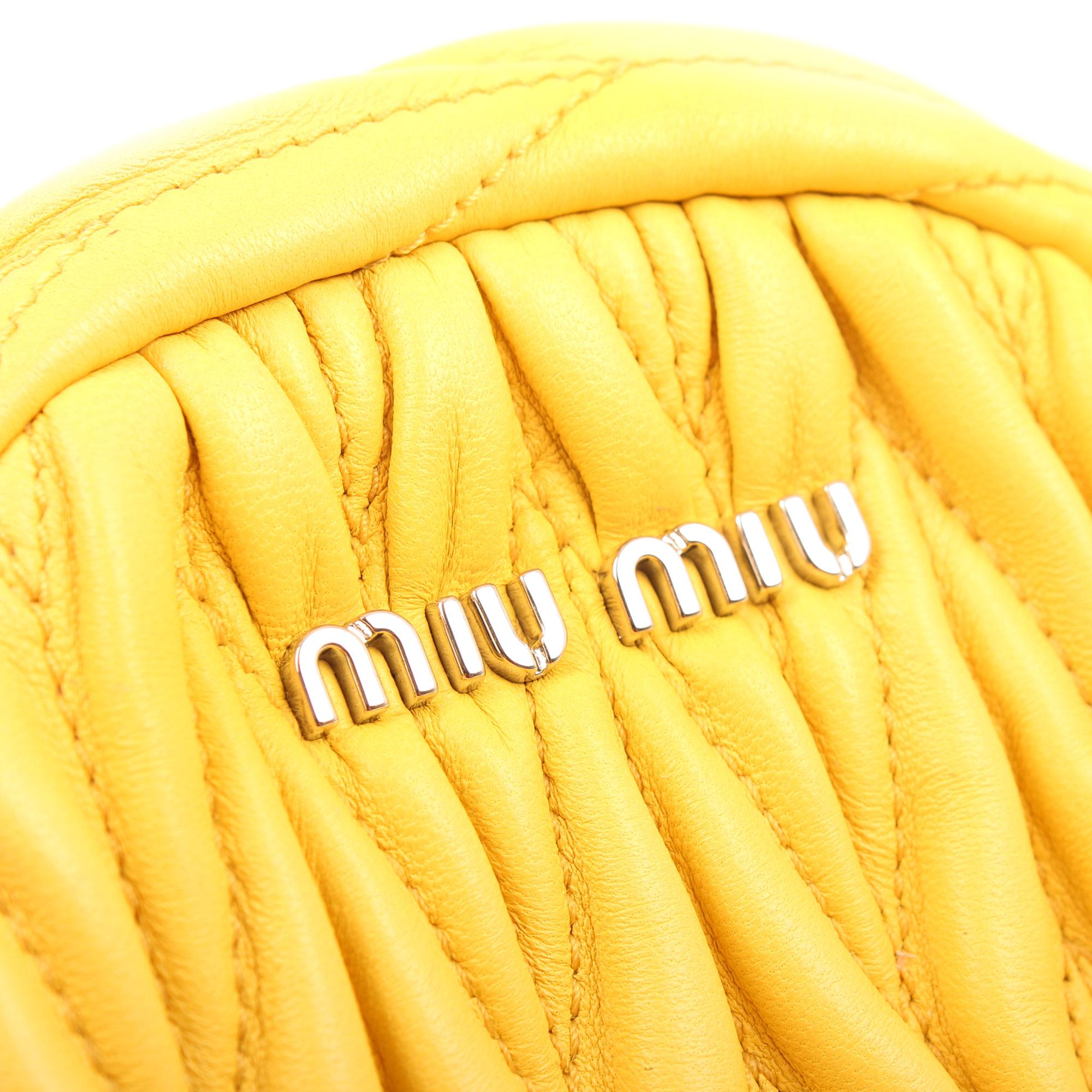 Imagen del logo del bolso miu miu matelasse mini mochila amarillo sole