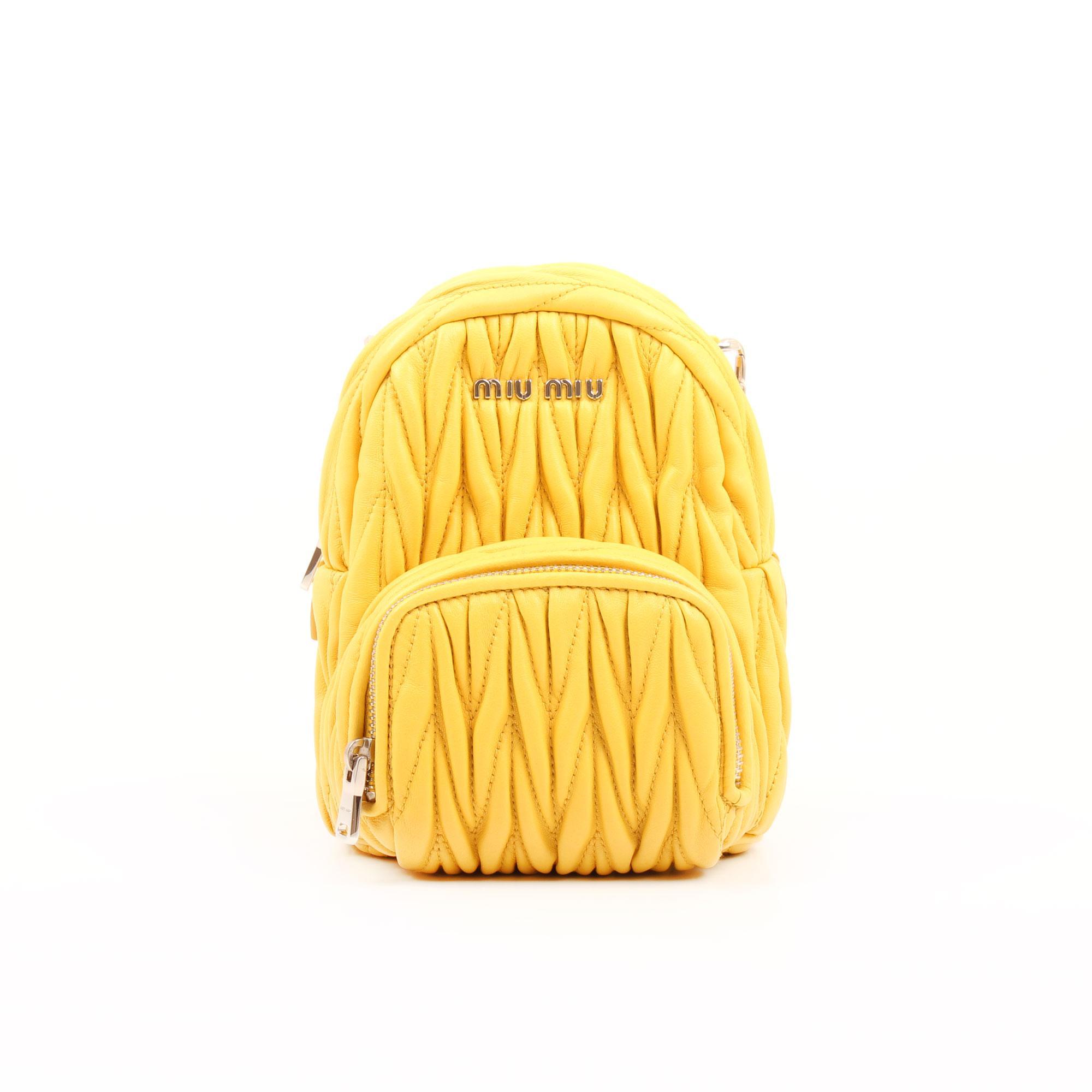 Imagen frontal del bolso miu miu matelasse mini mochila amarillo sole