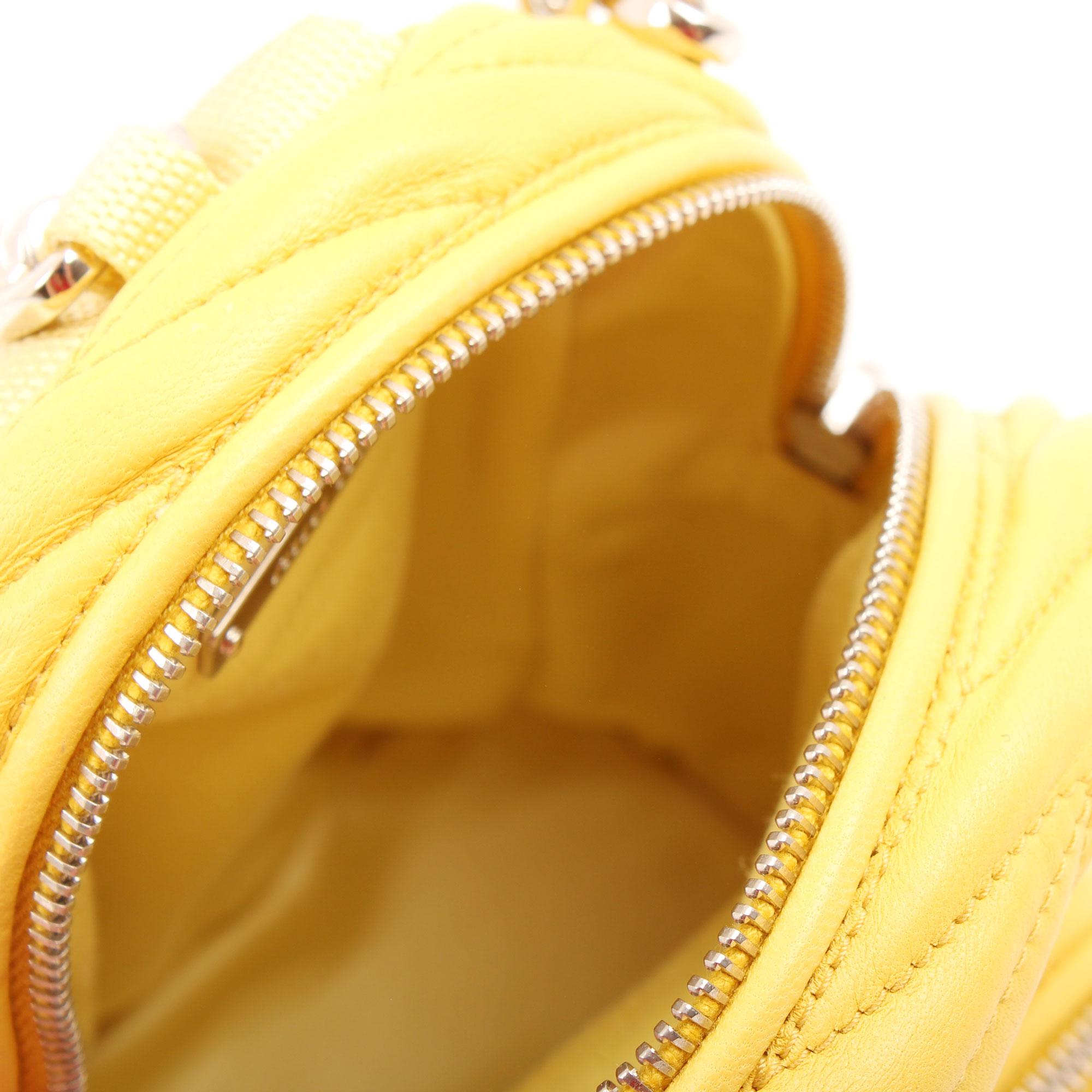 Imagen del interior del bolso miu miu matelasse mini mochila amarillo sole