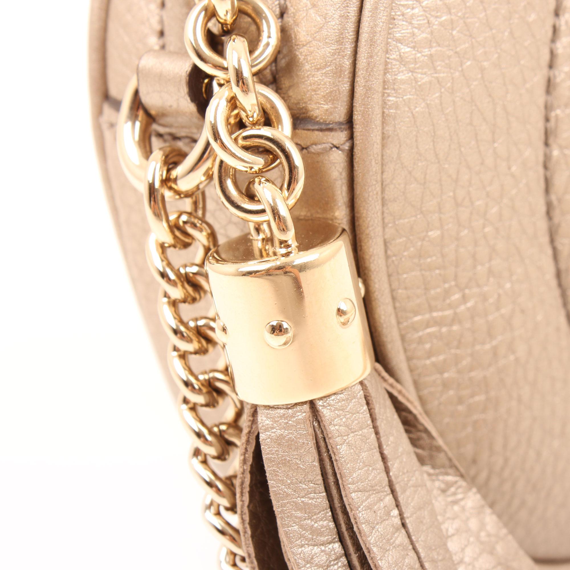 Imagen de detalle del bolso soho piel mini cadena bag tornasolado