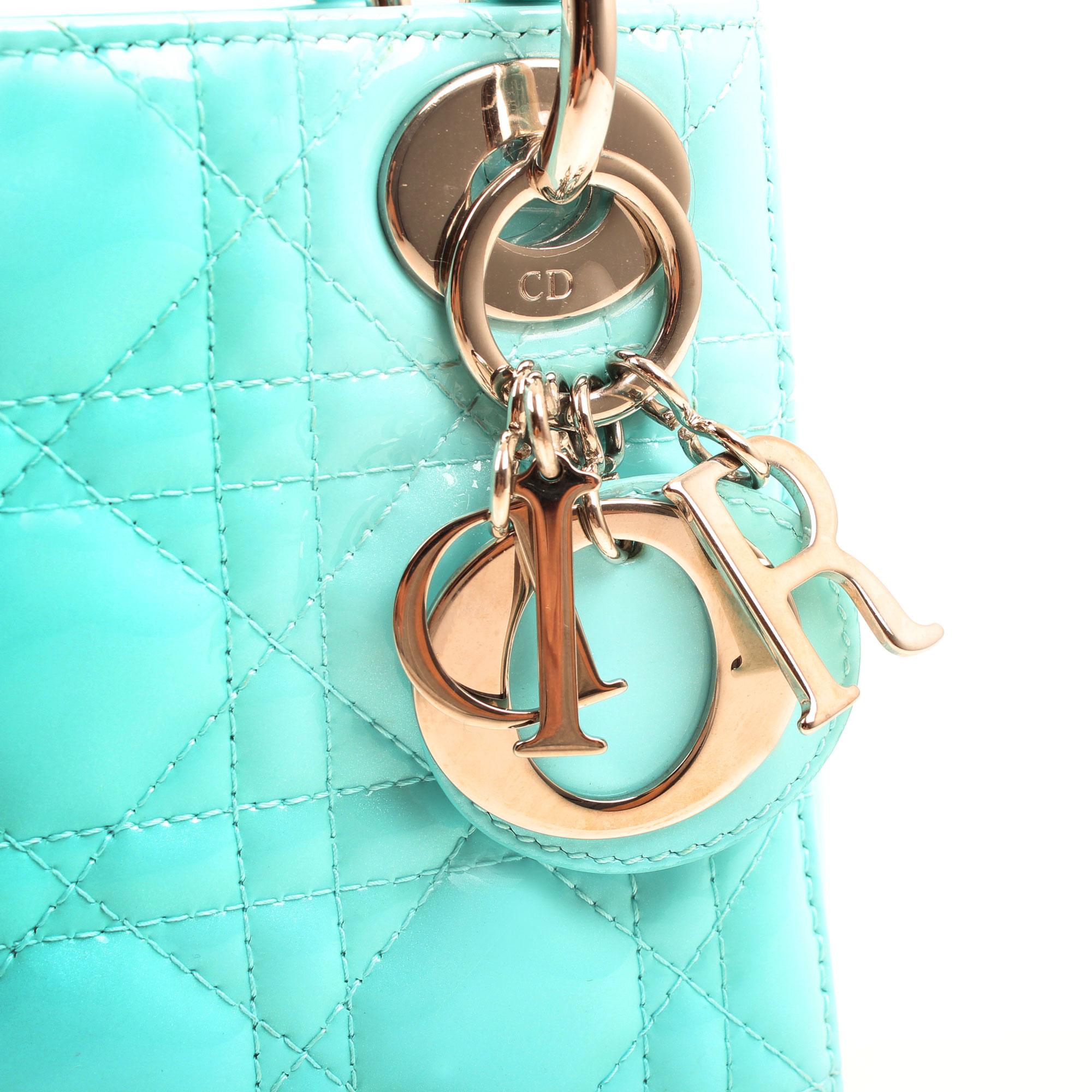 Imagen del herraje del bolso dior mini lady dior azul piel acharolada detalle