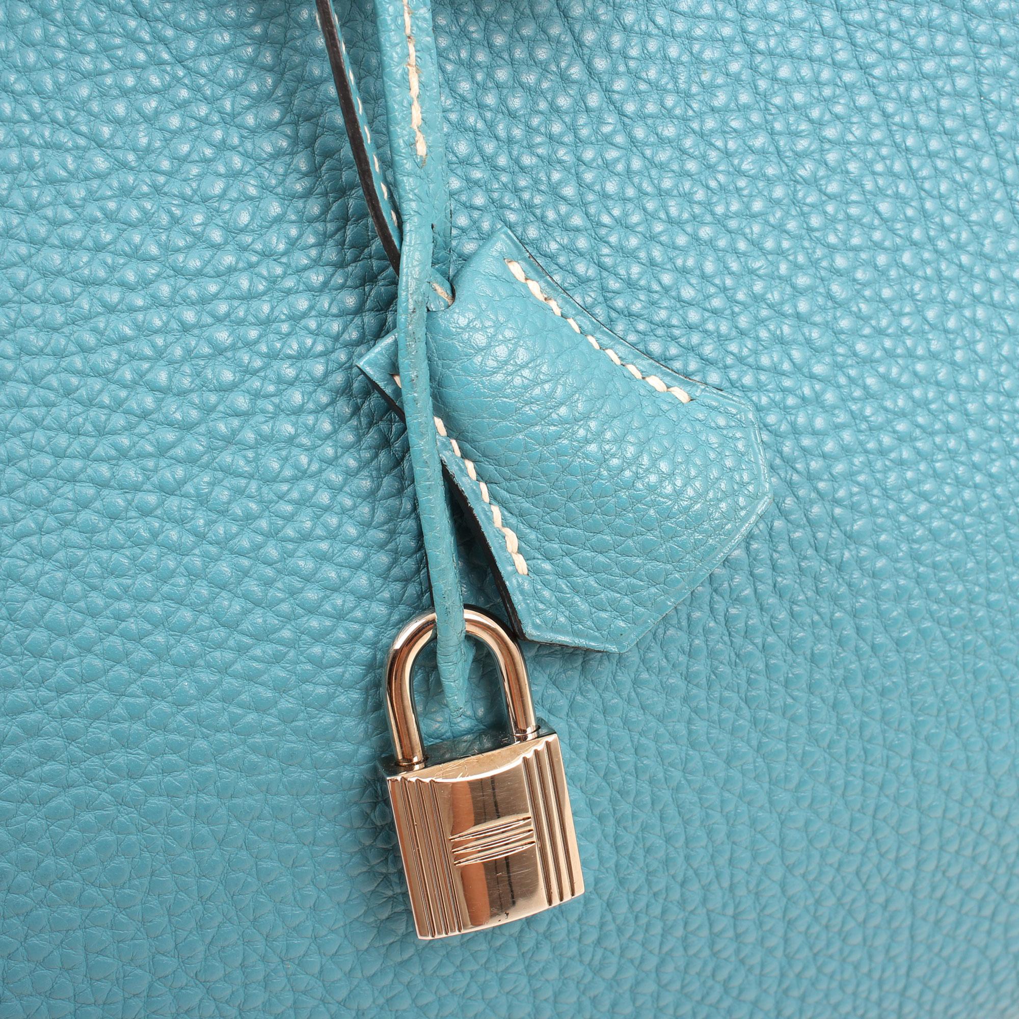 Imagen de detalle de la clochette del bolso hermes birkin 35 fjord blue jean