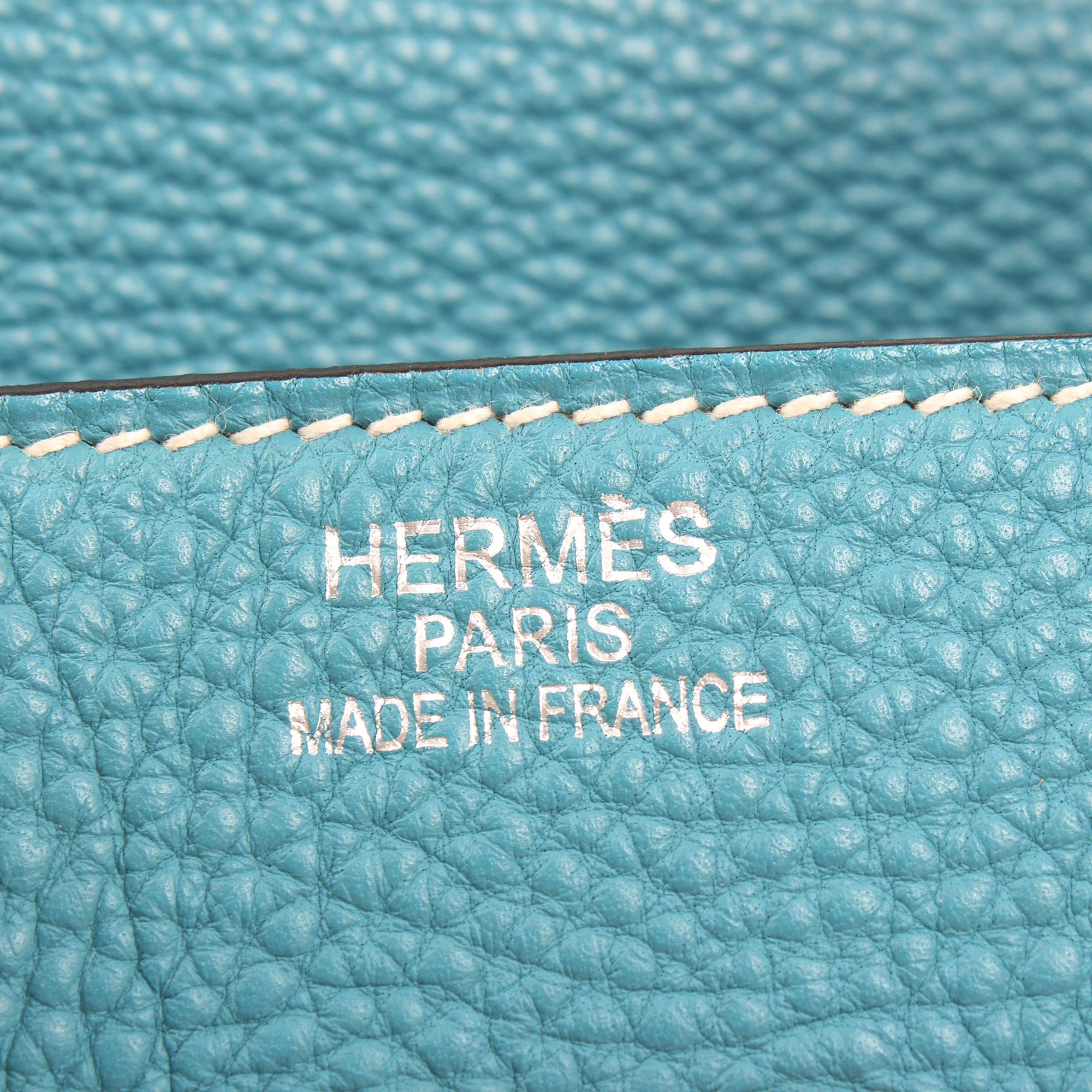 Imagen de detalle de la firma de hermes del bolso hermes birkin 35 fjord blue jean
