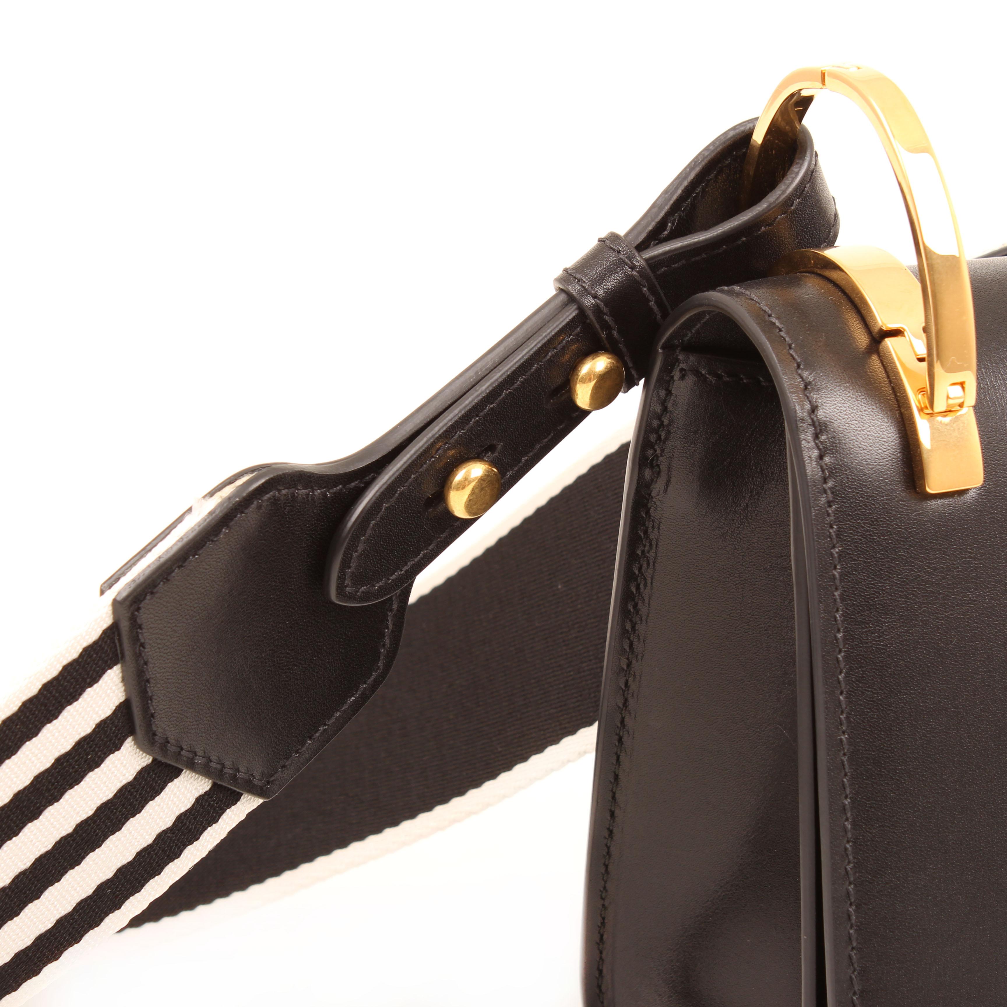 bolso al hombro prada pionniere cuero vitello negro detalle bandolera argolla