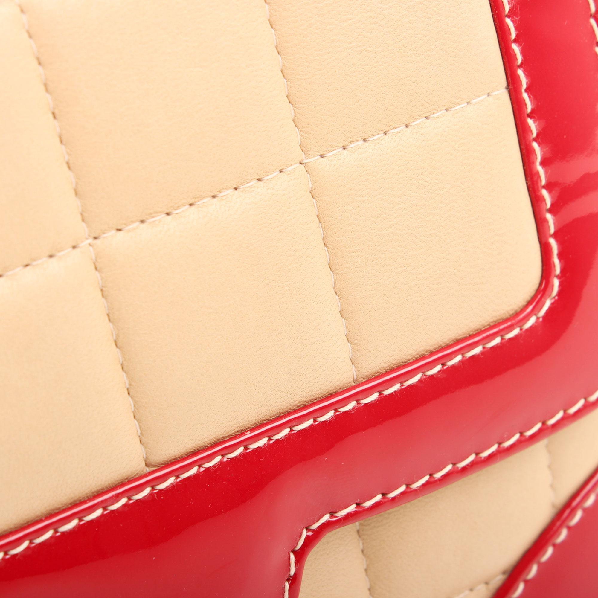 Imagen del detalle de la piel del bolso chanel bicolor choco bar solapa unica