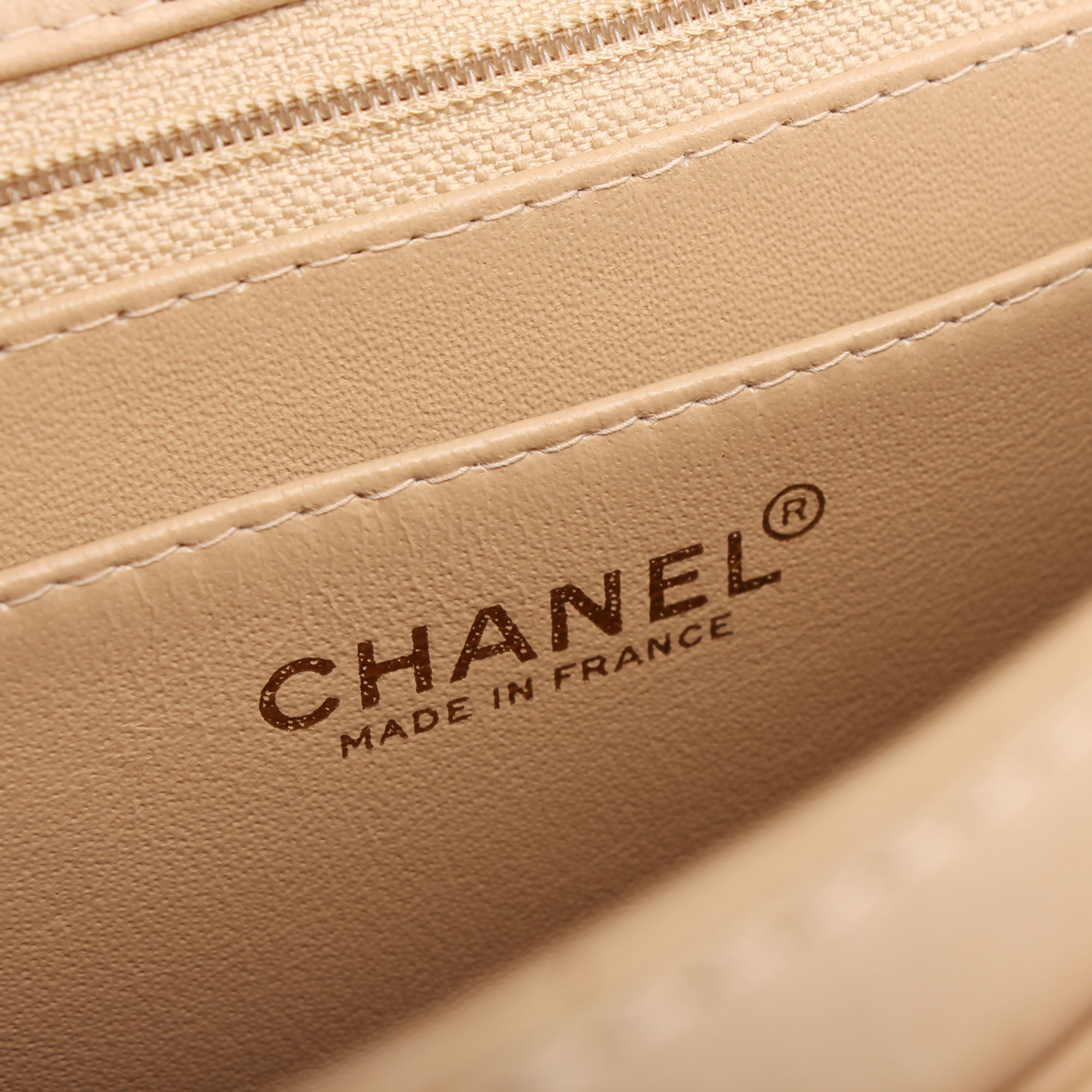 Imagen de la firma del bolso chanel bicolor choco bar solapa unica