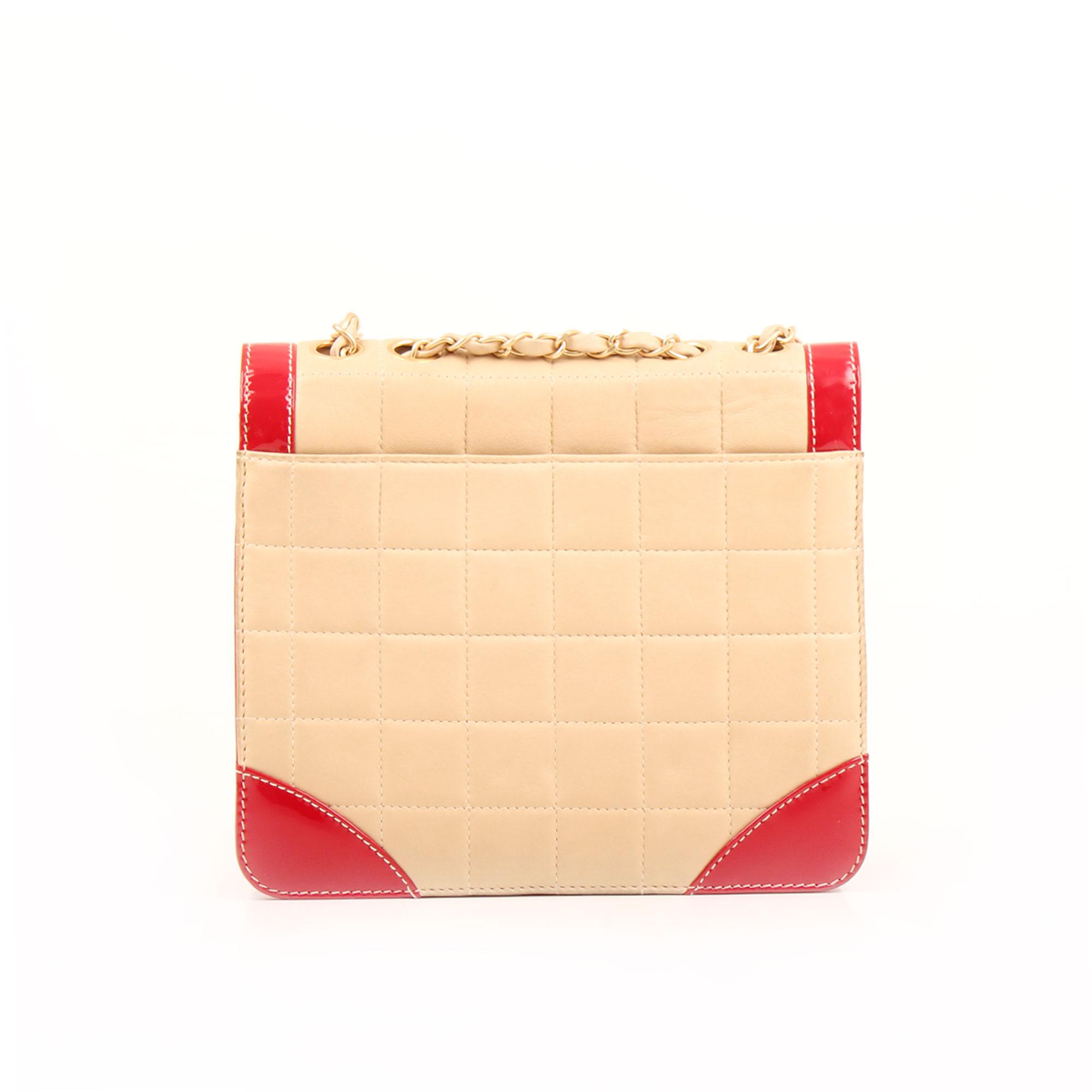 Imagen trasera del bolso chanel bicolor choco bar solapa unica