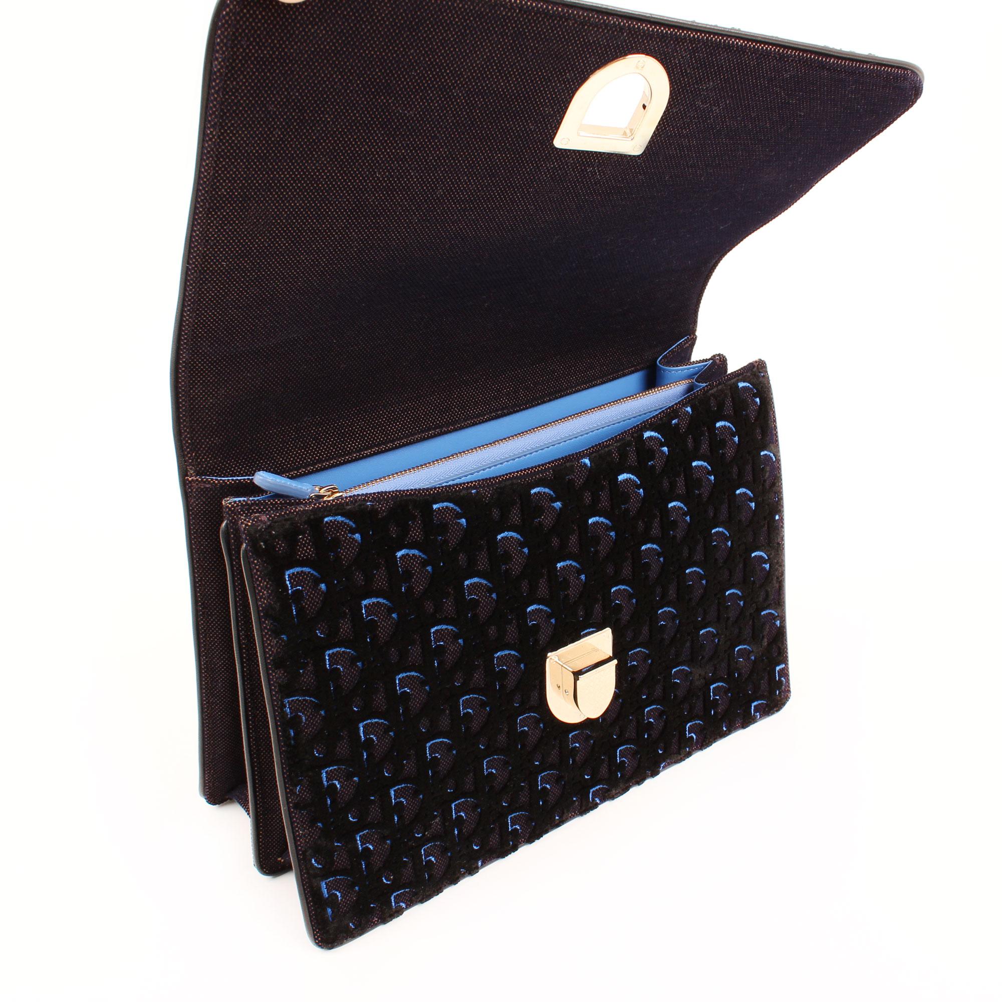 Imagen interior del bolso dior diorama mediano terciopelo piel azul