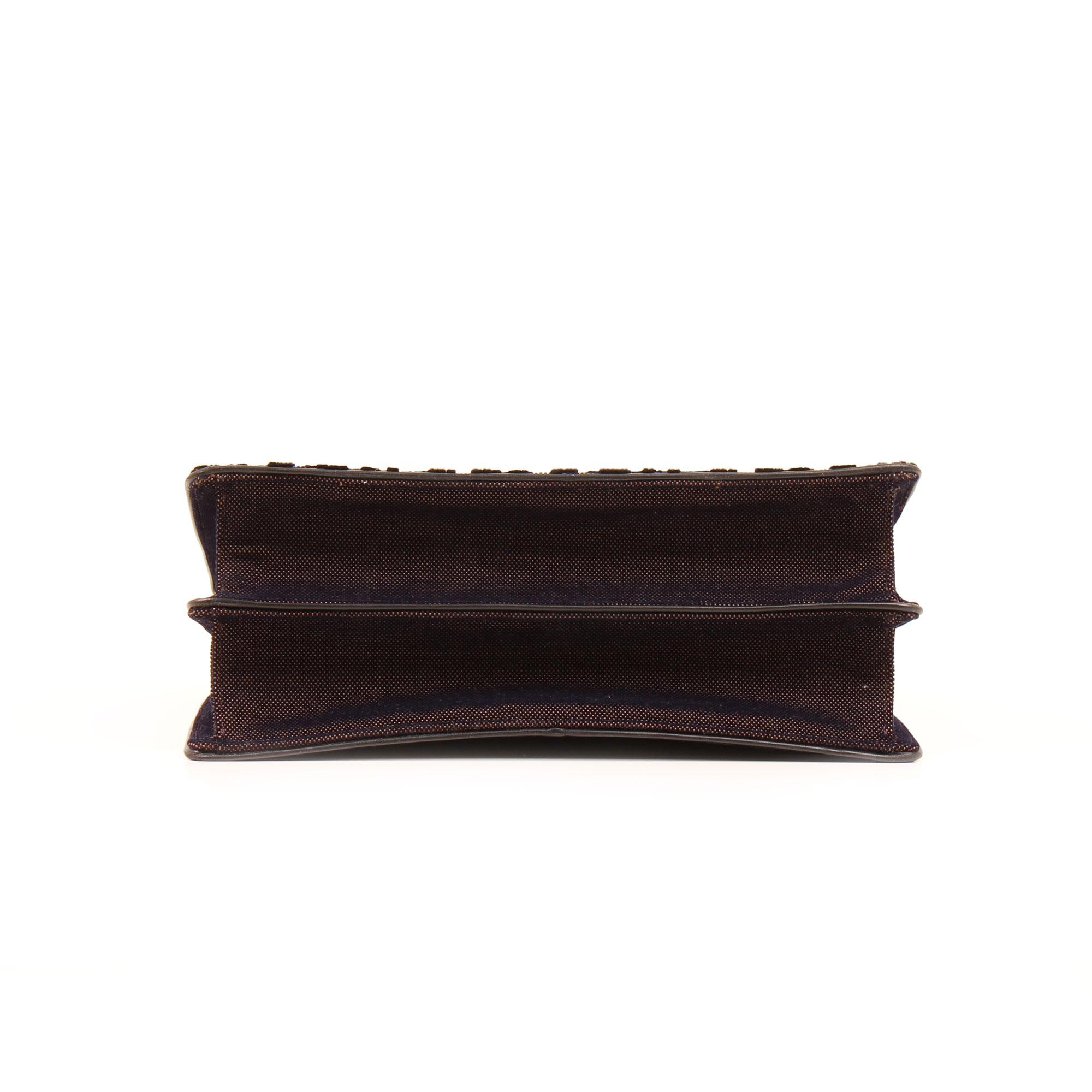 Imagen del base del bolso dior diorama mediano terciopelo piel azul
