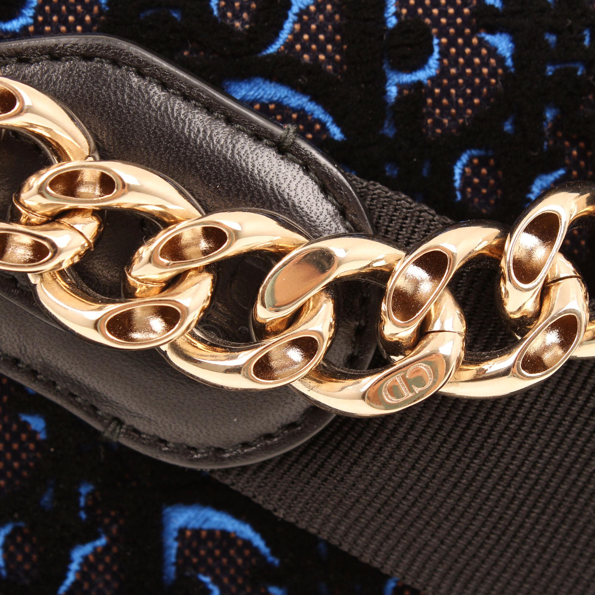 Imagen de detalle de la cadena dorada del bolso dior diorama mediano terciopelo piel azul