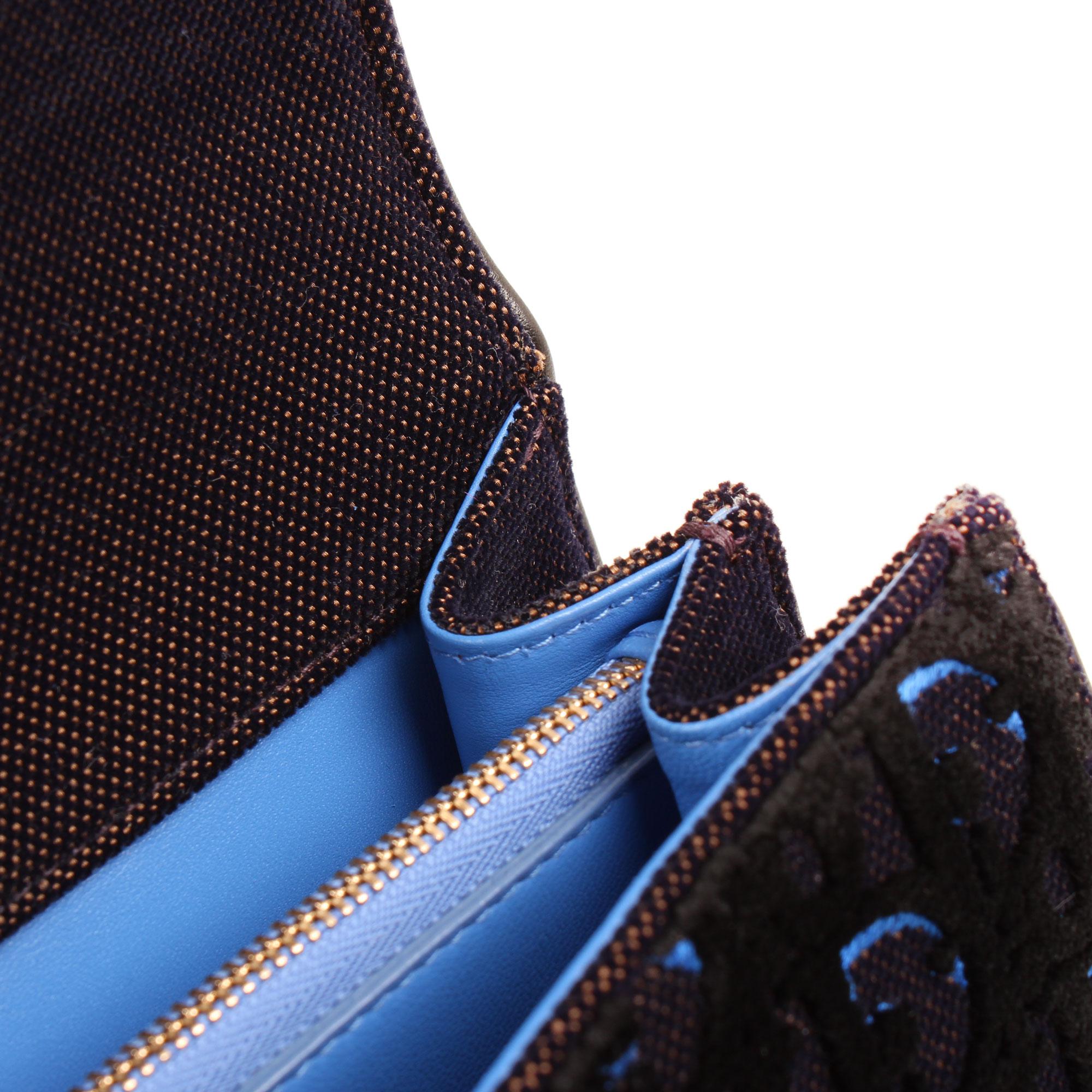 Imagen de detalle del interior del bolso dior diorama mediano terciopelo piel azul