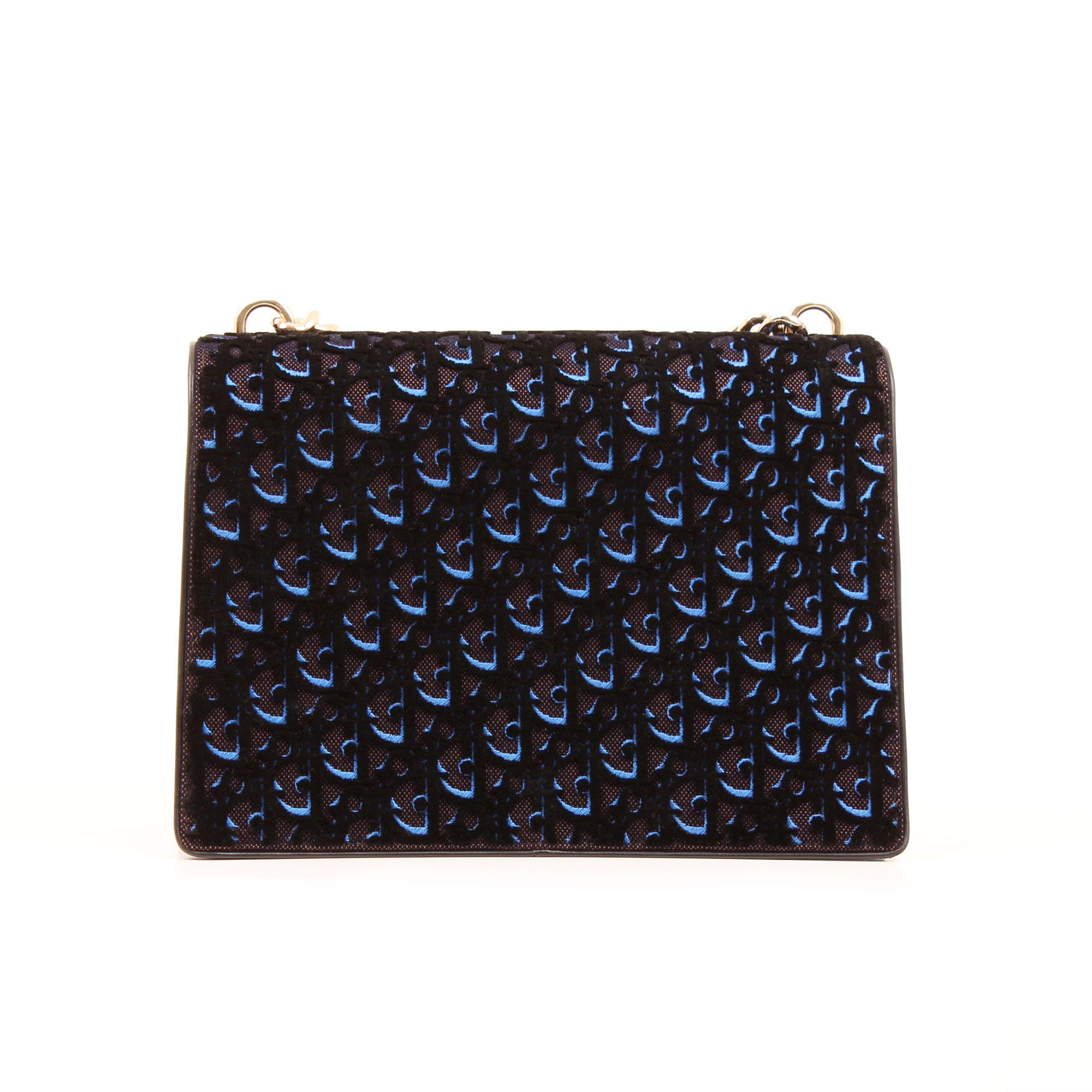 Imagen trasera del bolso dior diorama mediano terciopelo piel azul
