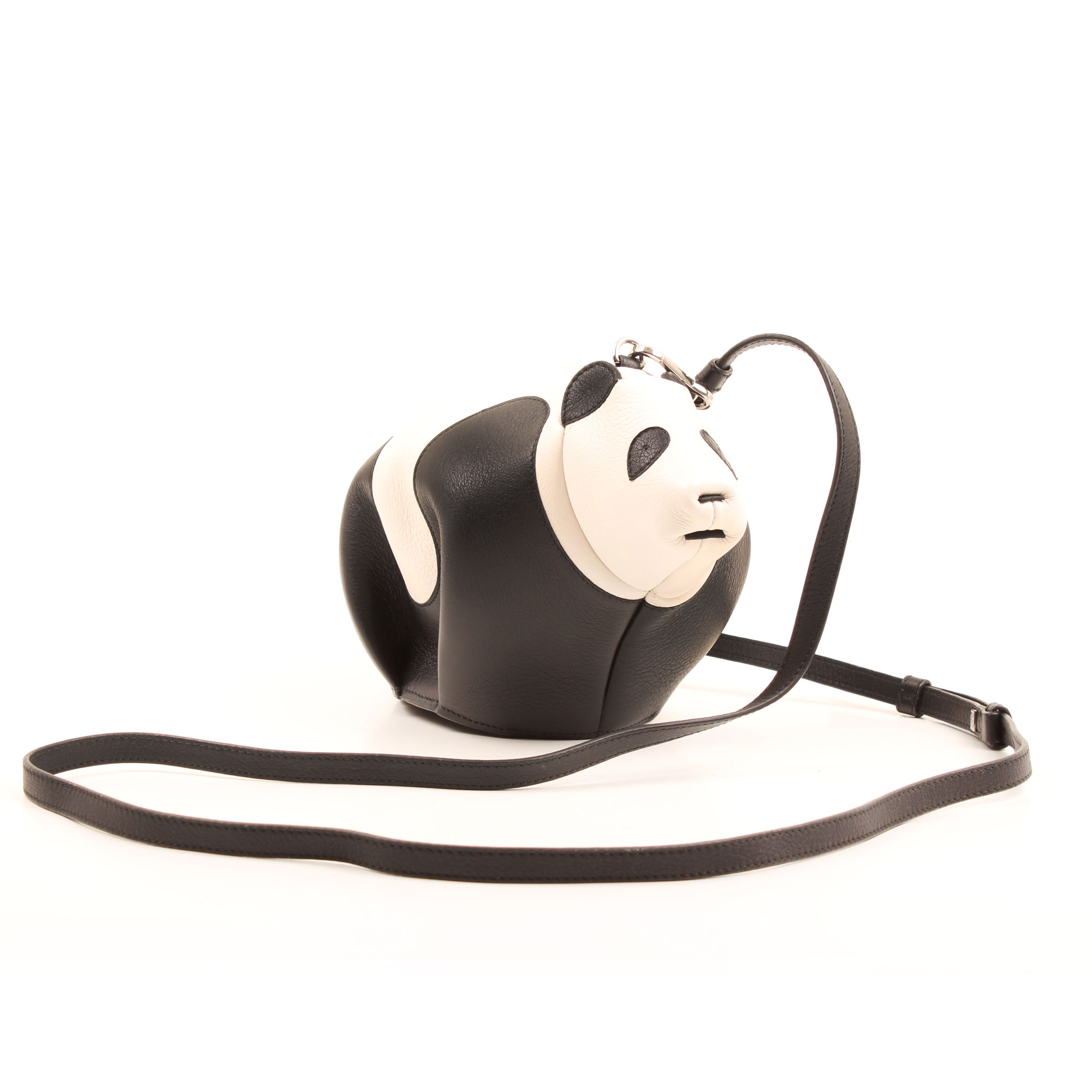 Imagen con la bandolera del bolso loewe mini panda piel