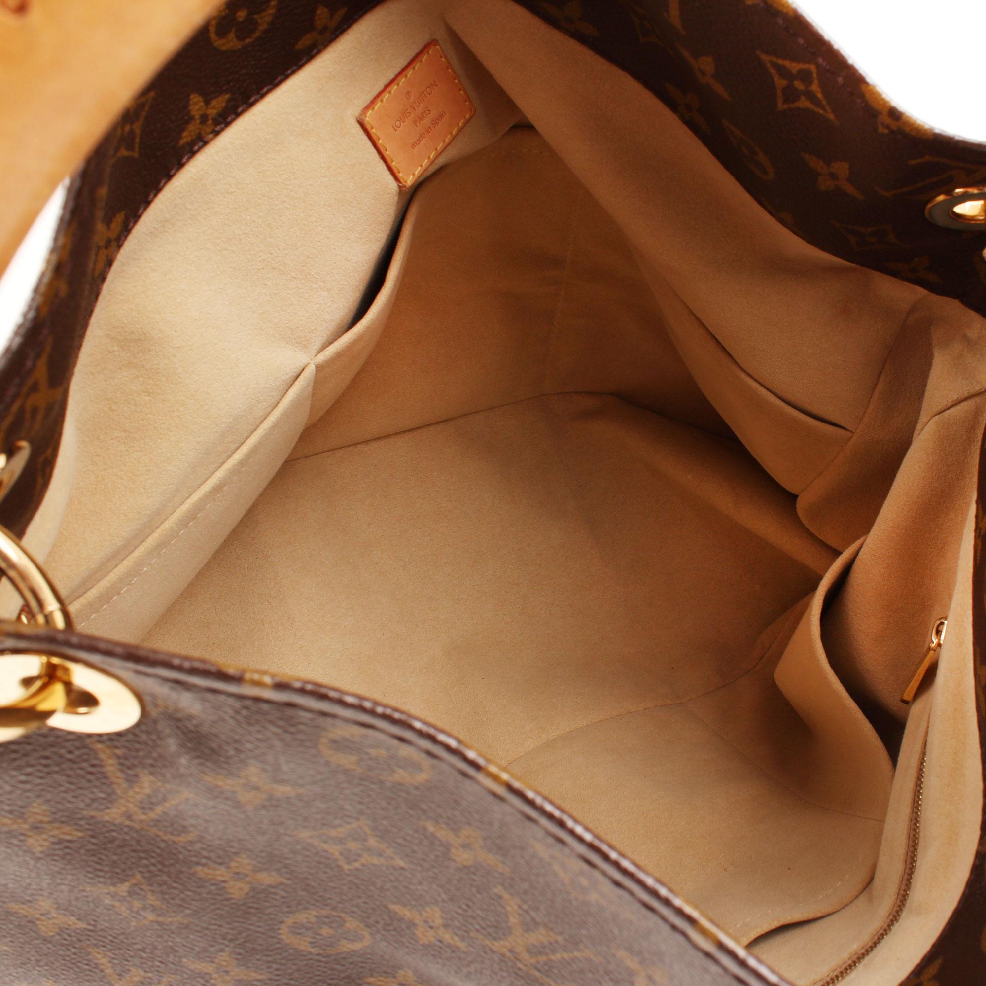 Imagen del interior del bolso louis vuitton artsy monogram mm