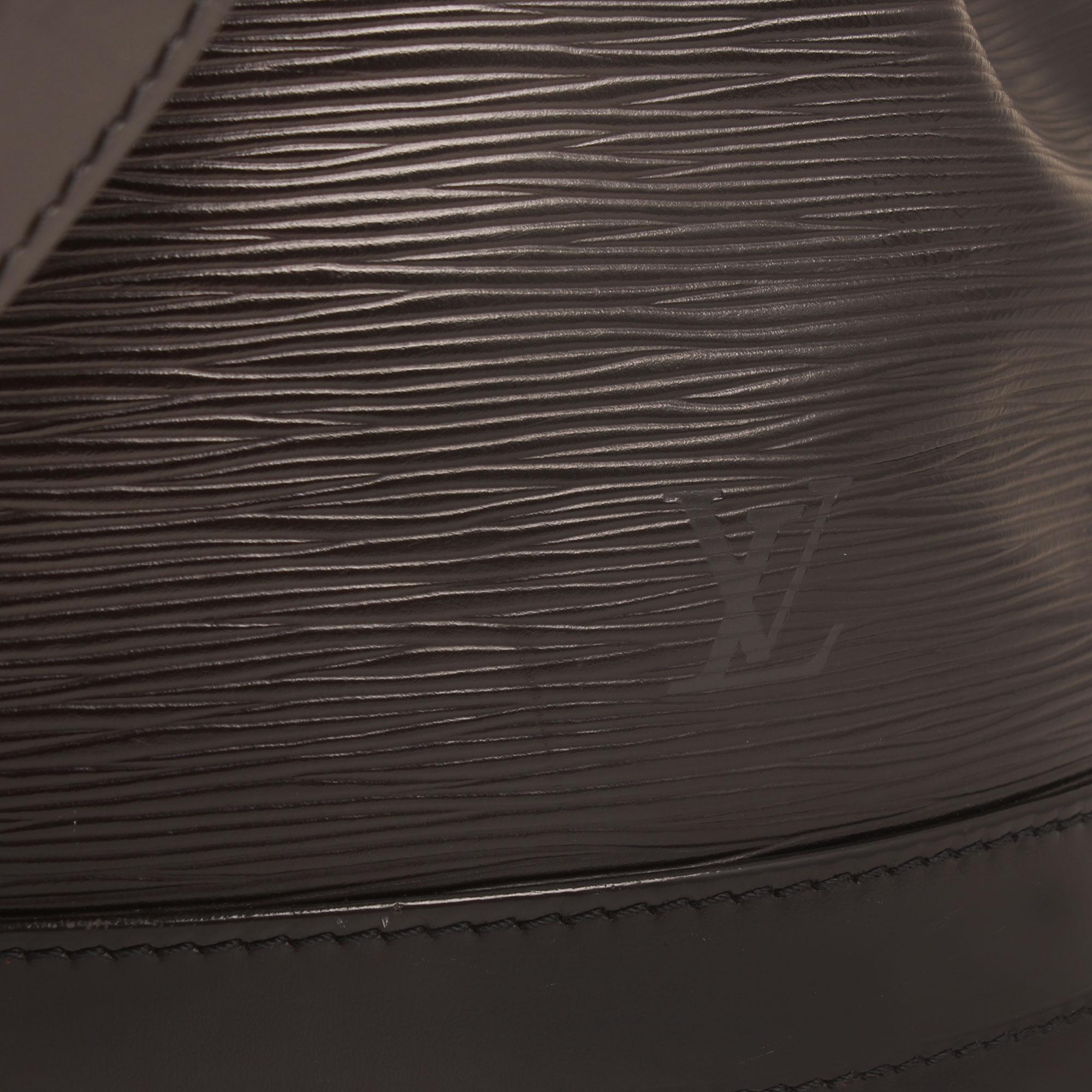 Imagen del detalle del logo del bolso louis vuitton noe epi negro