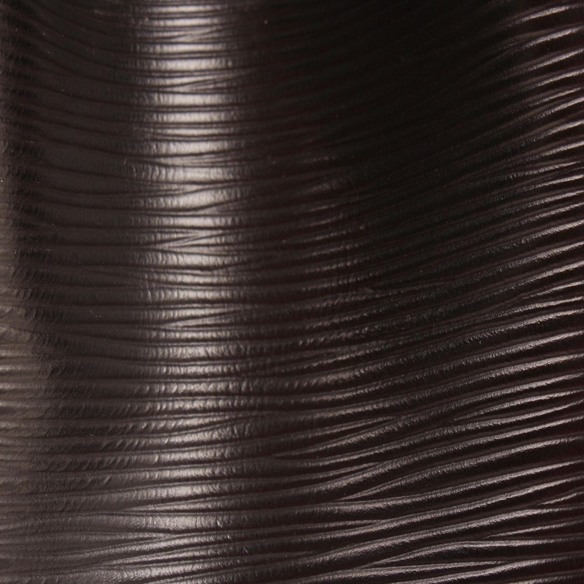 Imagen de detalle de la piel del louis vuitton bolso noe epi negro