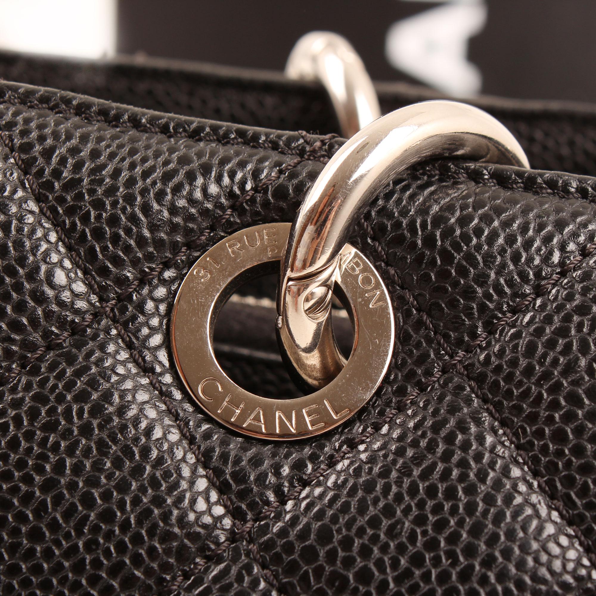 Imagen de detalle del herraje del bolso chanel grand shopping tote caviar negro