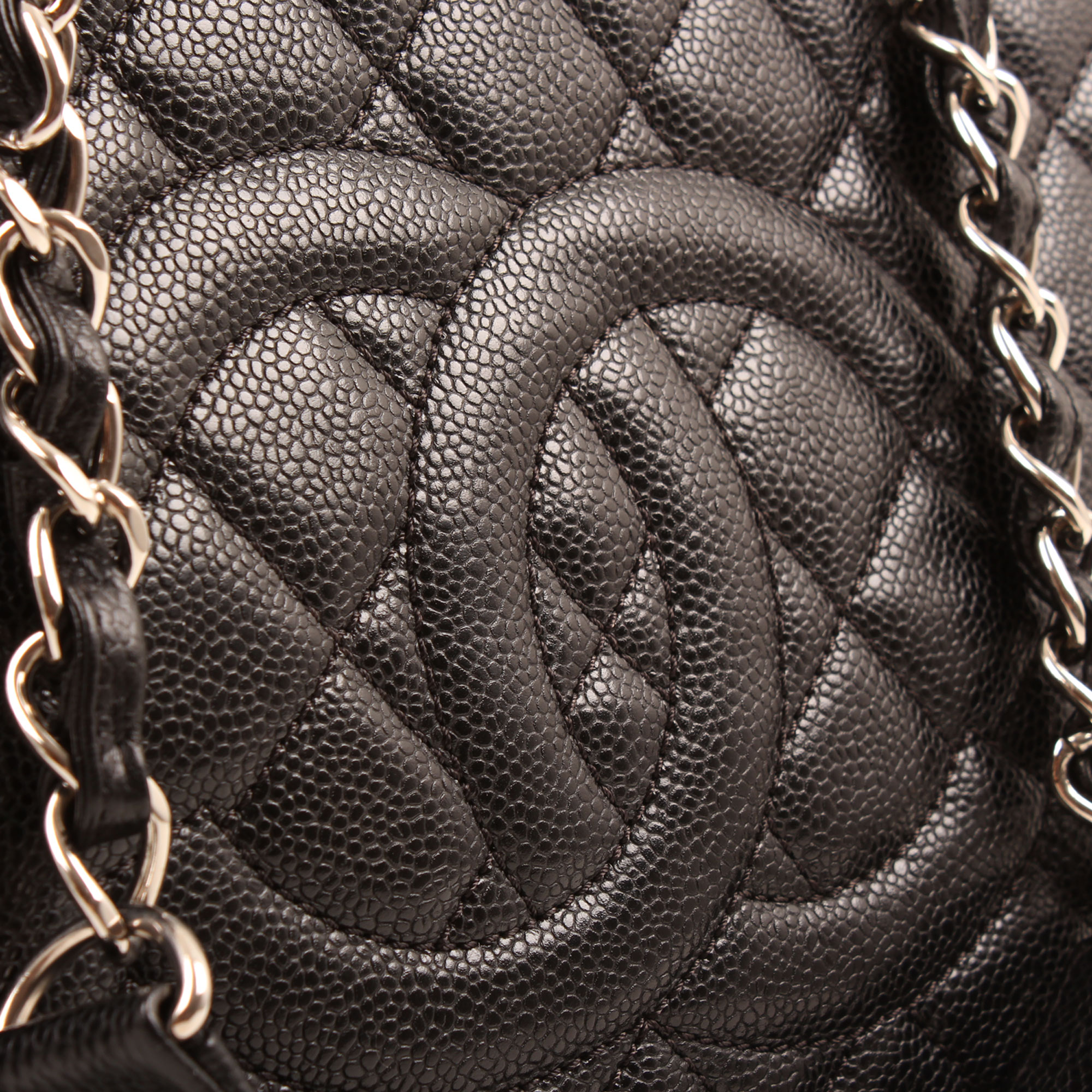 Imagen de detalle de la piel del bolso chanel grand shopping tote caviar negro