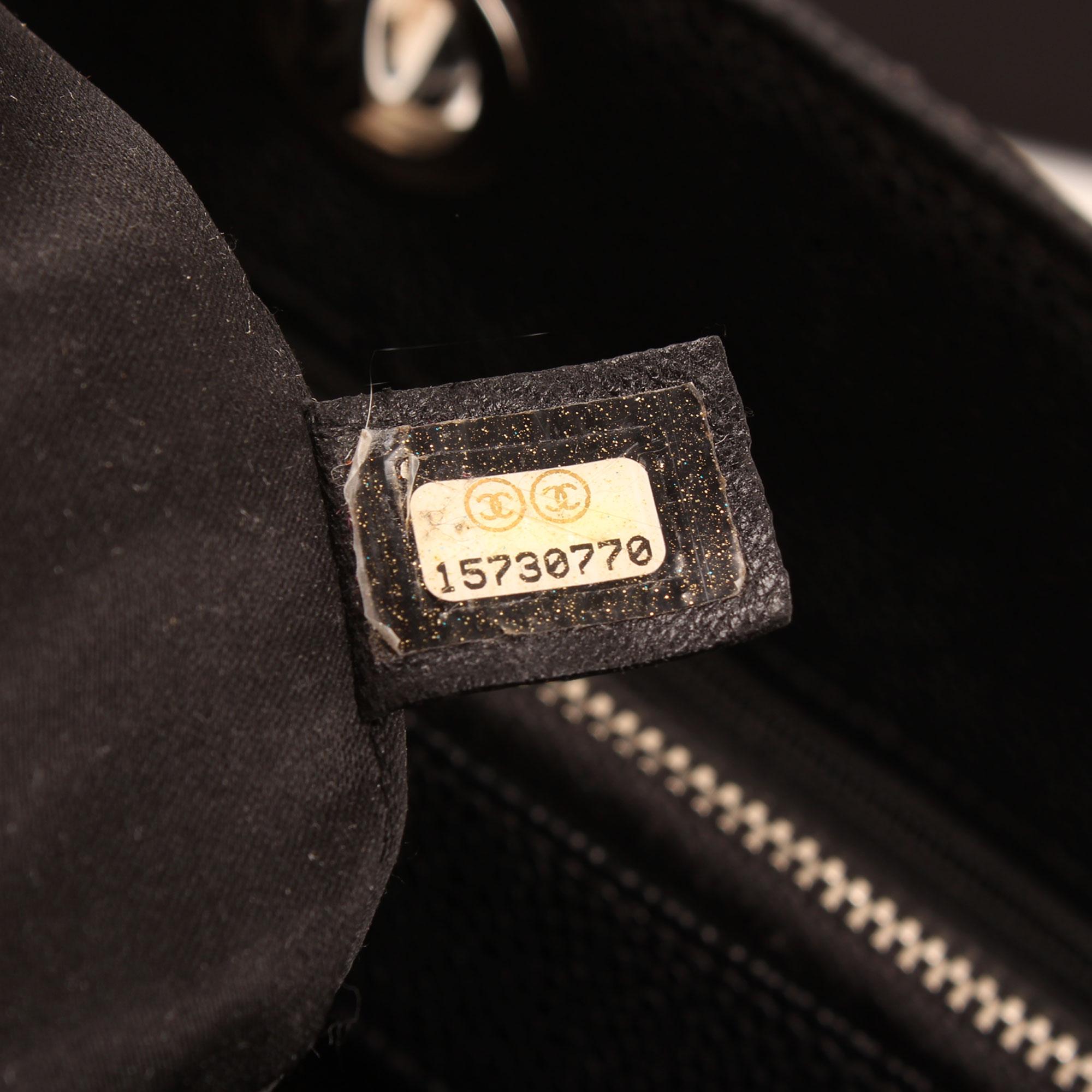 Imagen de la etiqueta interior del bolso chanel grand shopping tote caviar negro