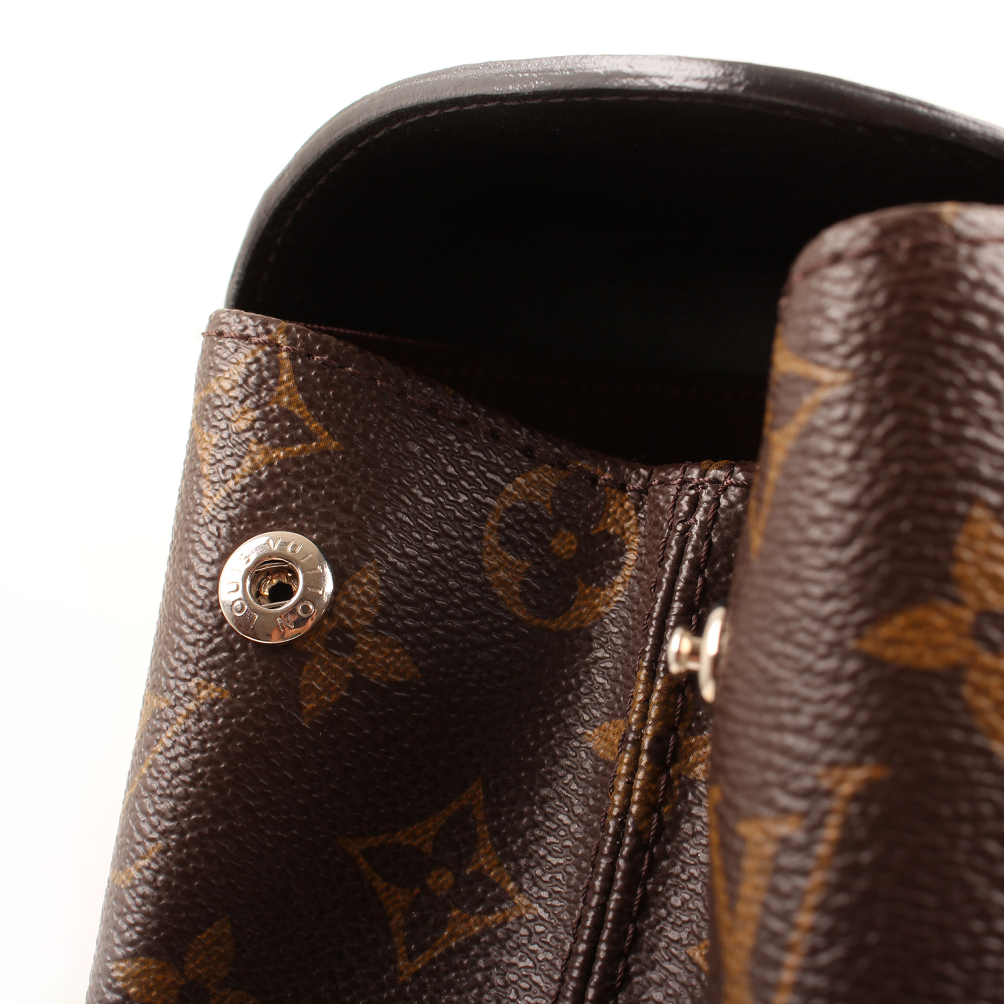 Imagen de detalle del cierre de la mochila louis vuitton palk monogram macassar