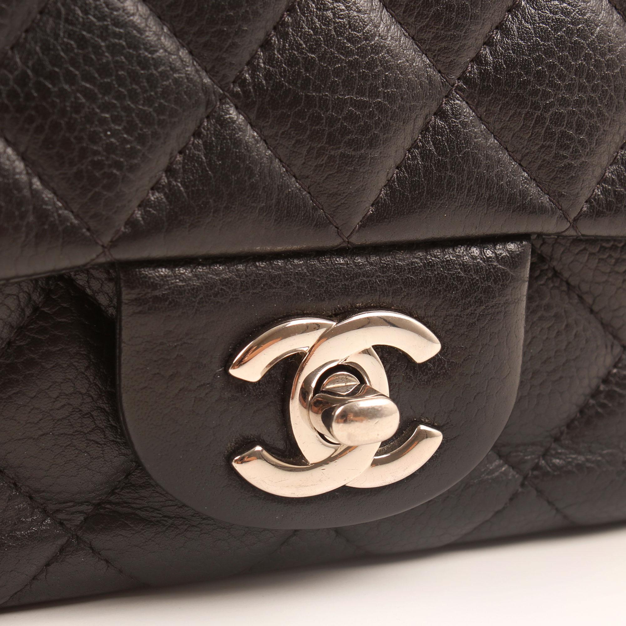 Imagen del cierre CC del bolso chanel mini timeless negro caviar
