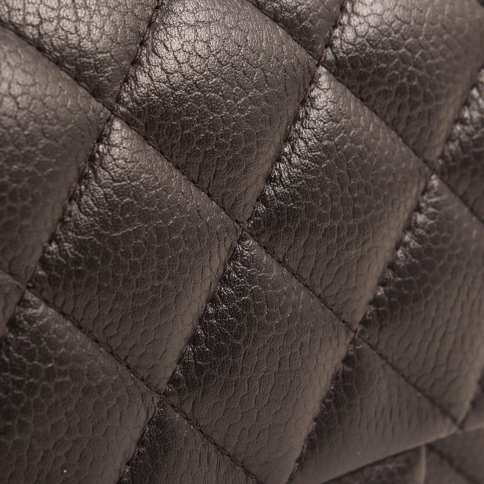 Imagen del detalle de la piel del bolso chanel mini timeless negro caviar