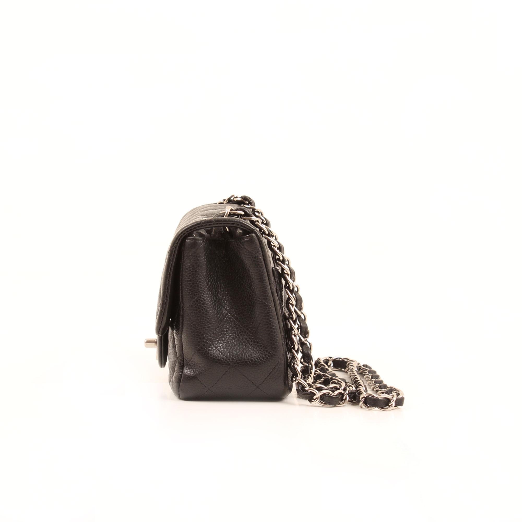 Imagen lateral del bolso chanel mini timeless negro caviar