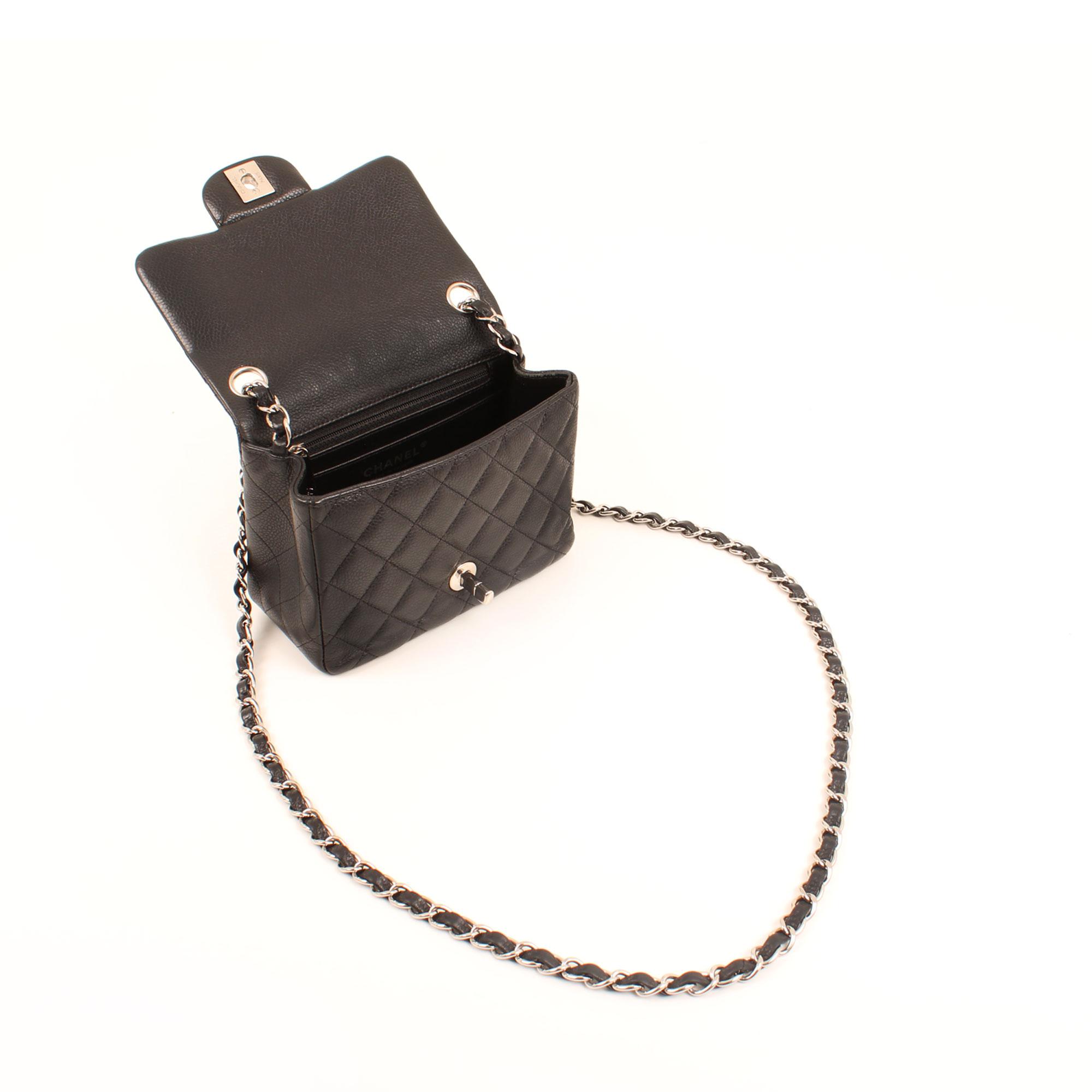 Imagen del bolso abiero del chanel mini timeless negro caviar