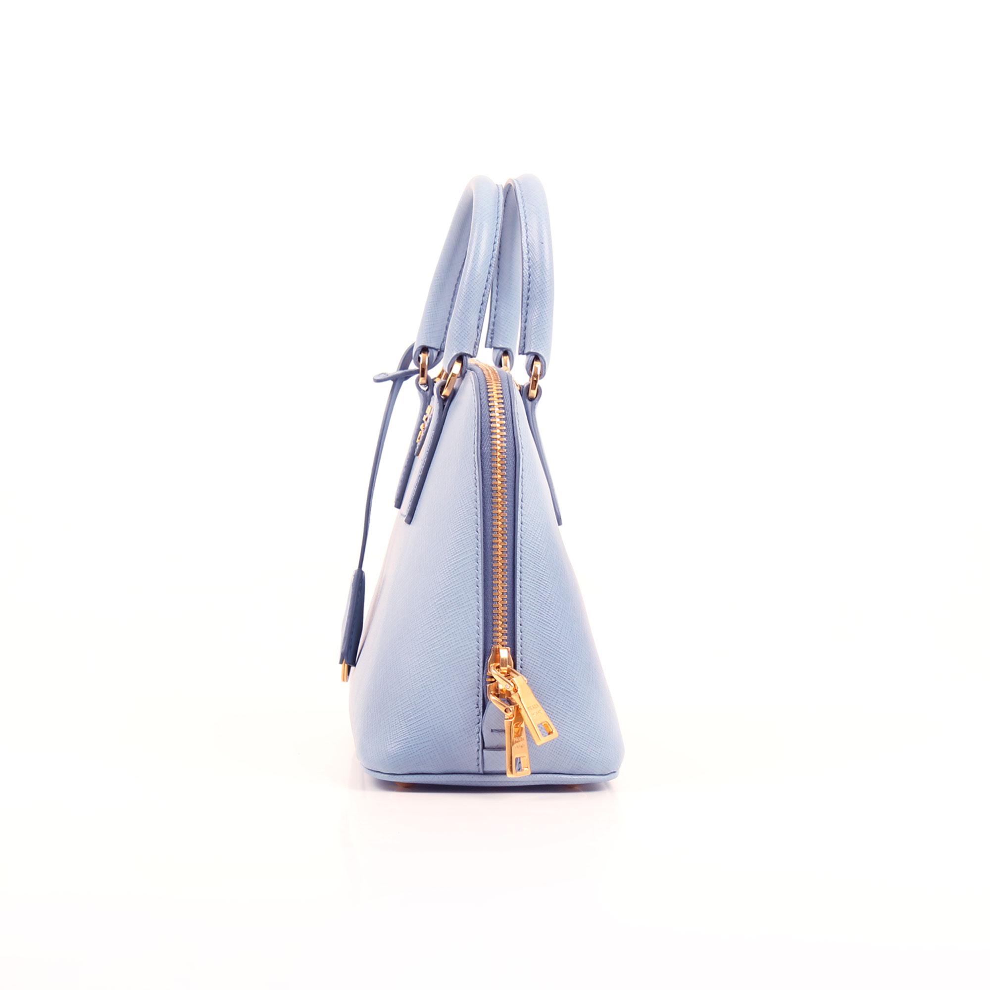 Imagen lateral del bolso prada small promenade saffiano azul