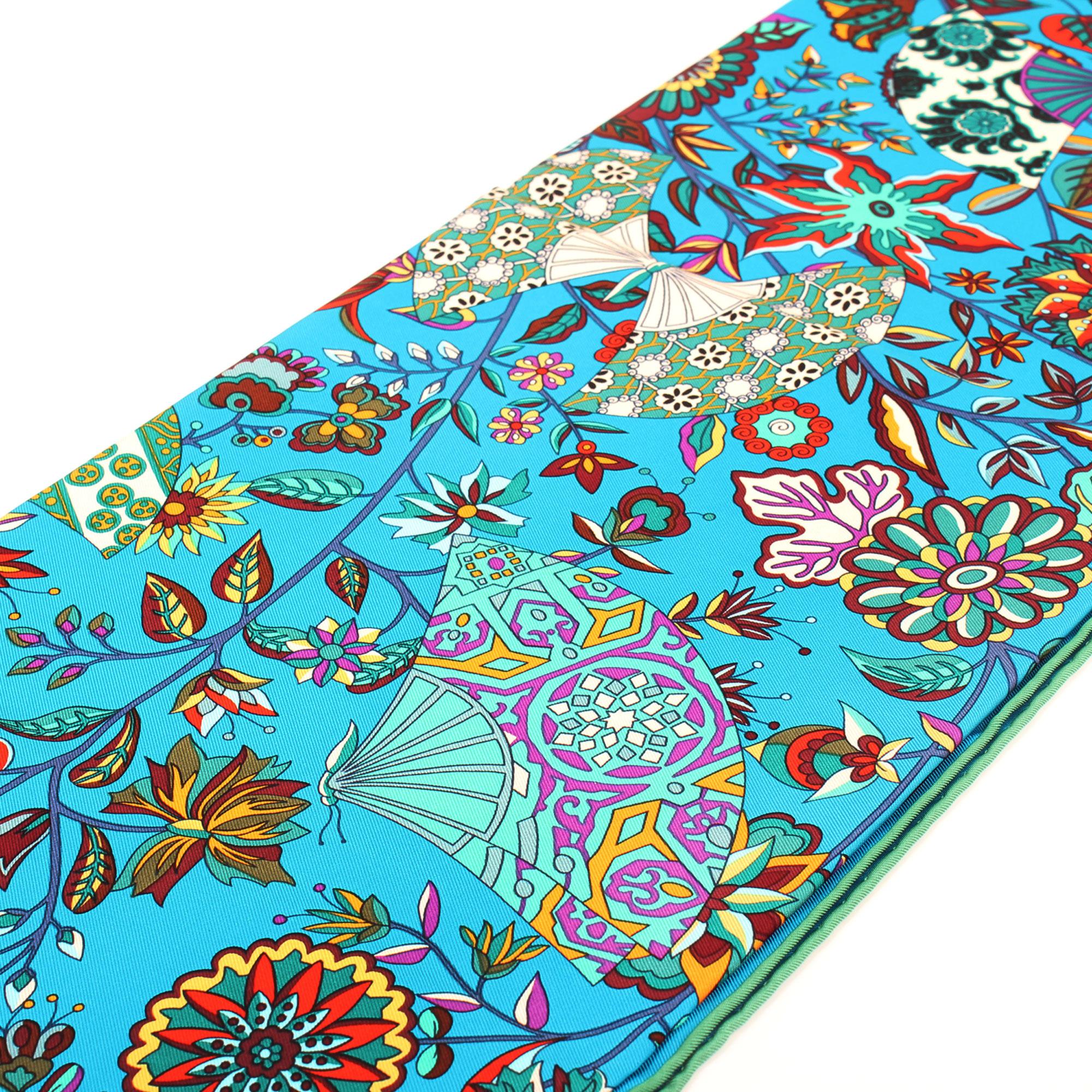 Imagen de detalle de la ilustracion del hermes carre abanico azul verde multicolor