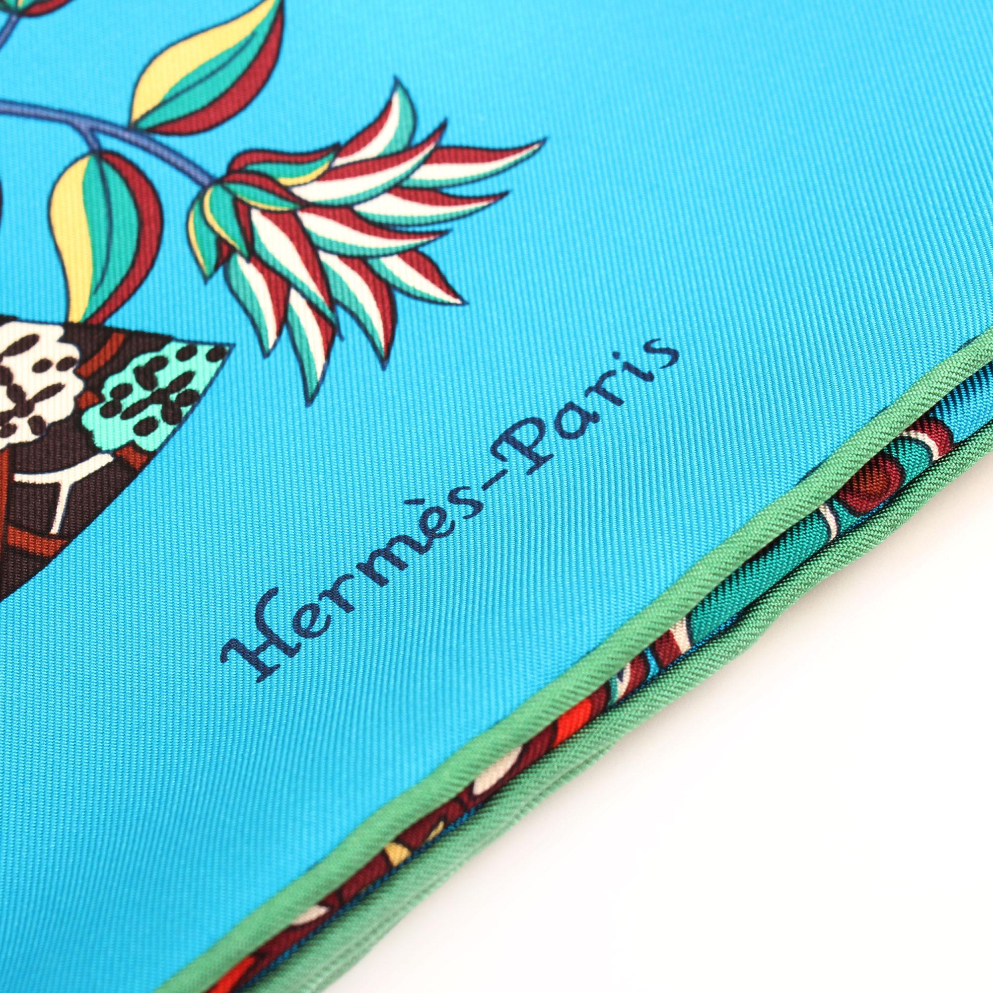 Imagen de detalle de la firma del hermes carre abanico azul verde multicolor