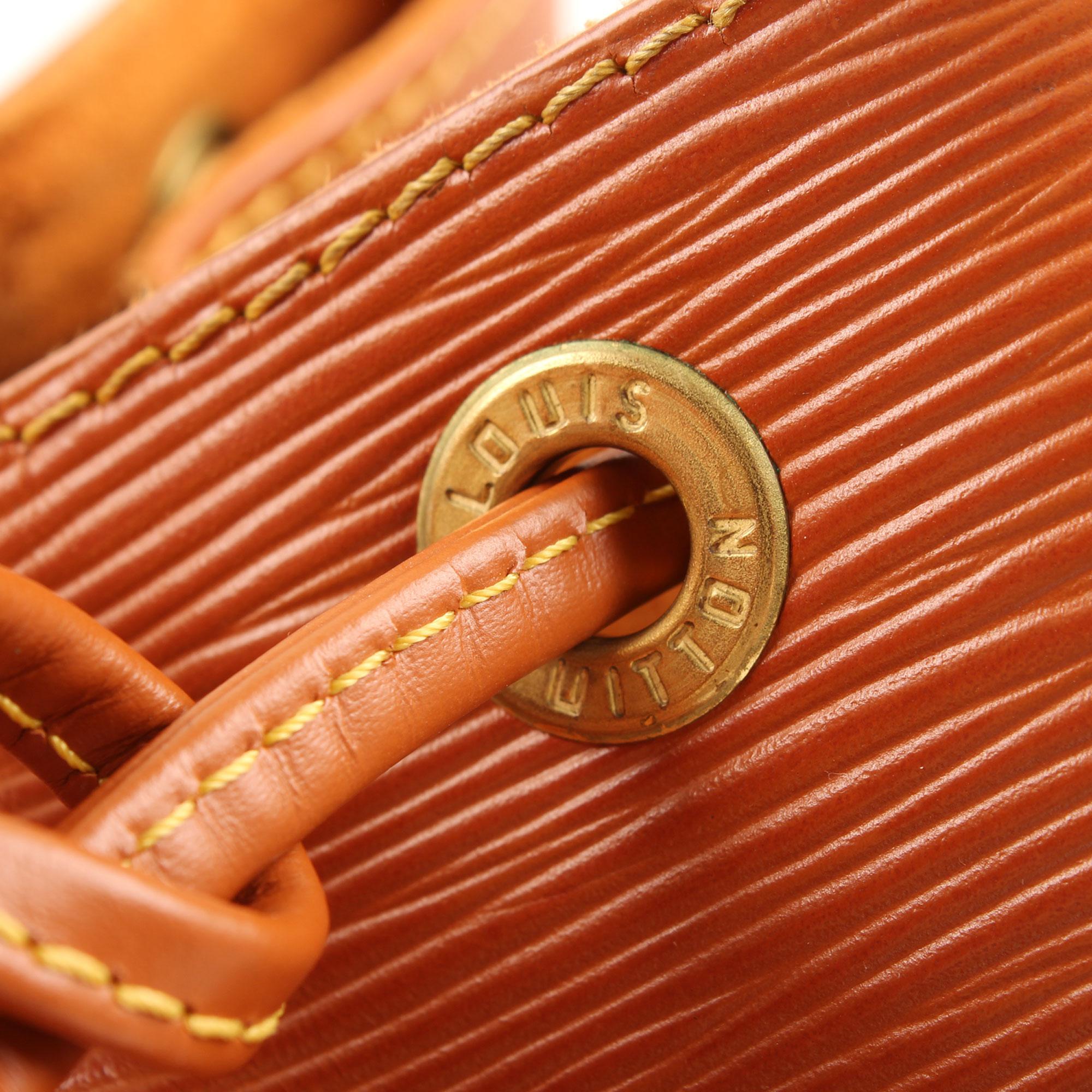 Imagen del detalle del herraje del bolso louis vuitton noe piel epi marron detalle