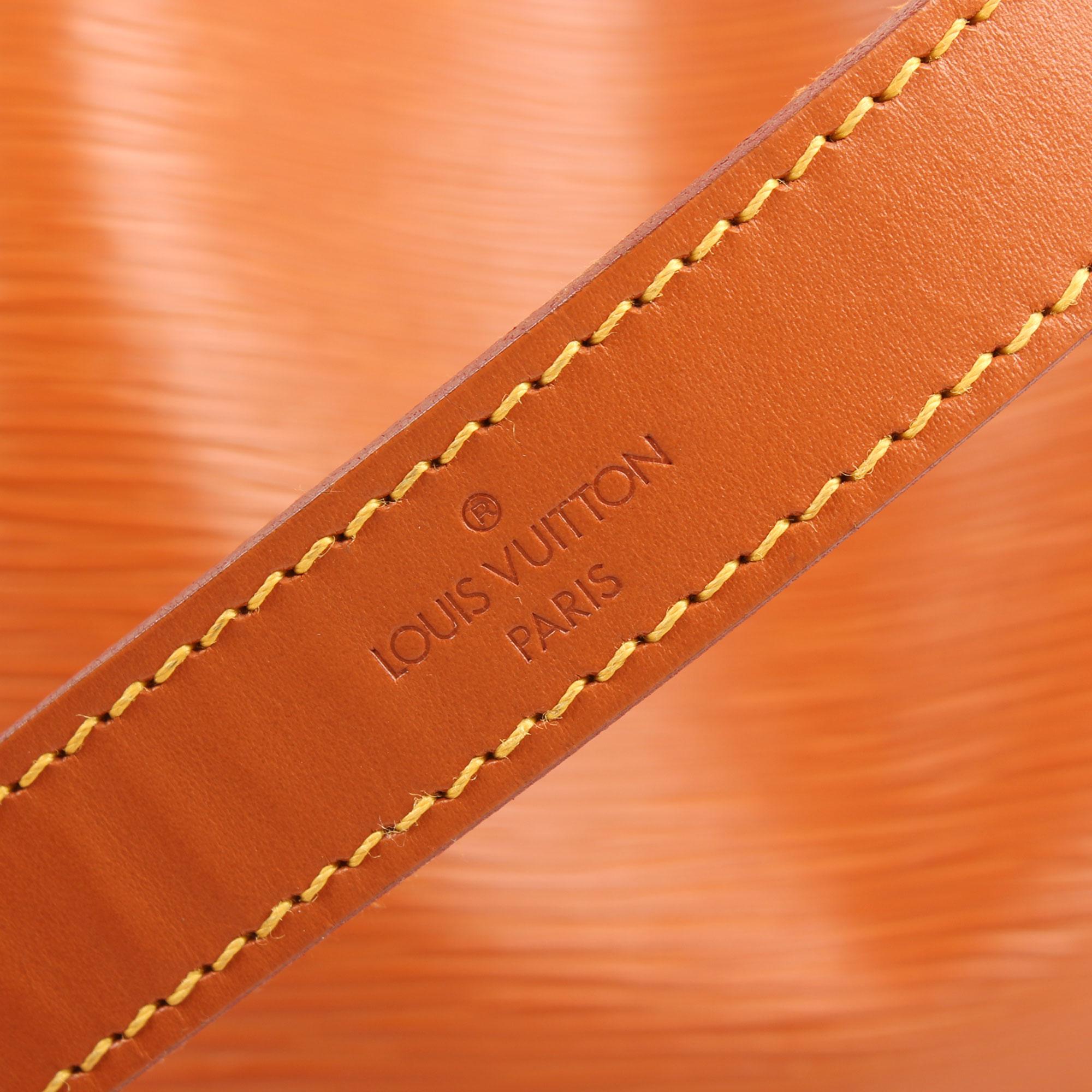 Imagen del logo del asa del bolso louis vuitton noe piel epi marron