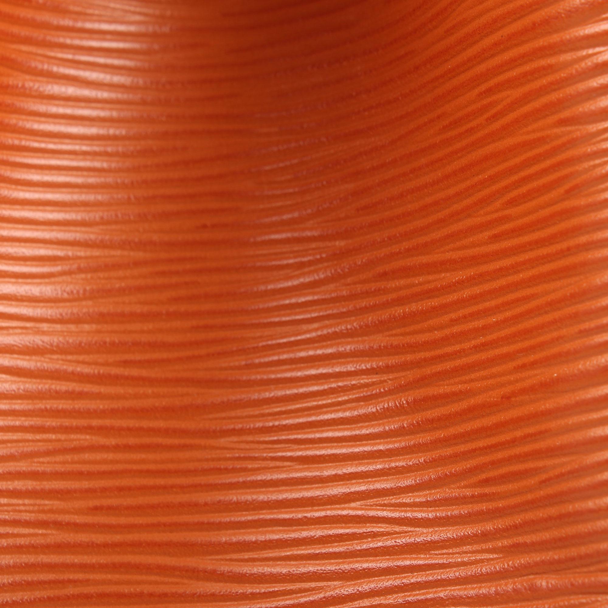 Imagen del detalle de la piel del bolso louis vuitton noe piel epi marron