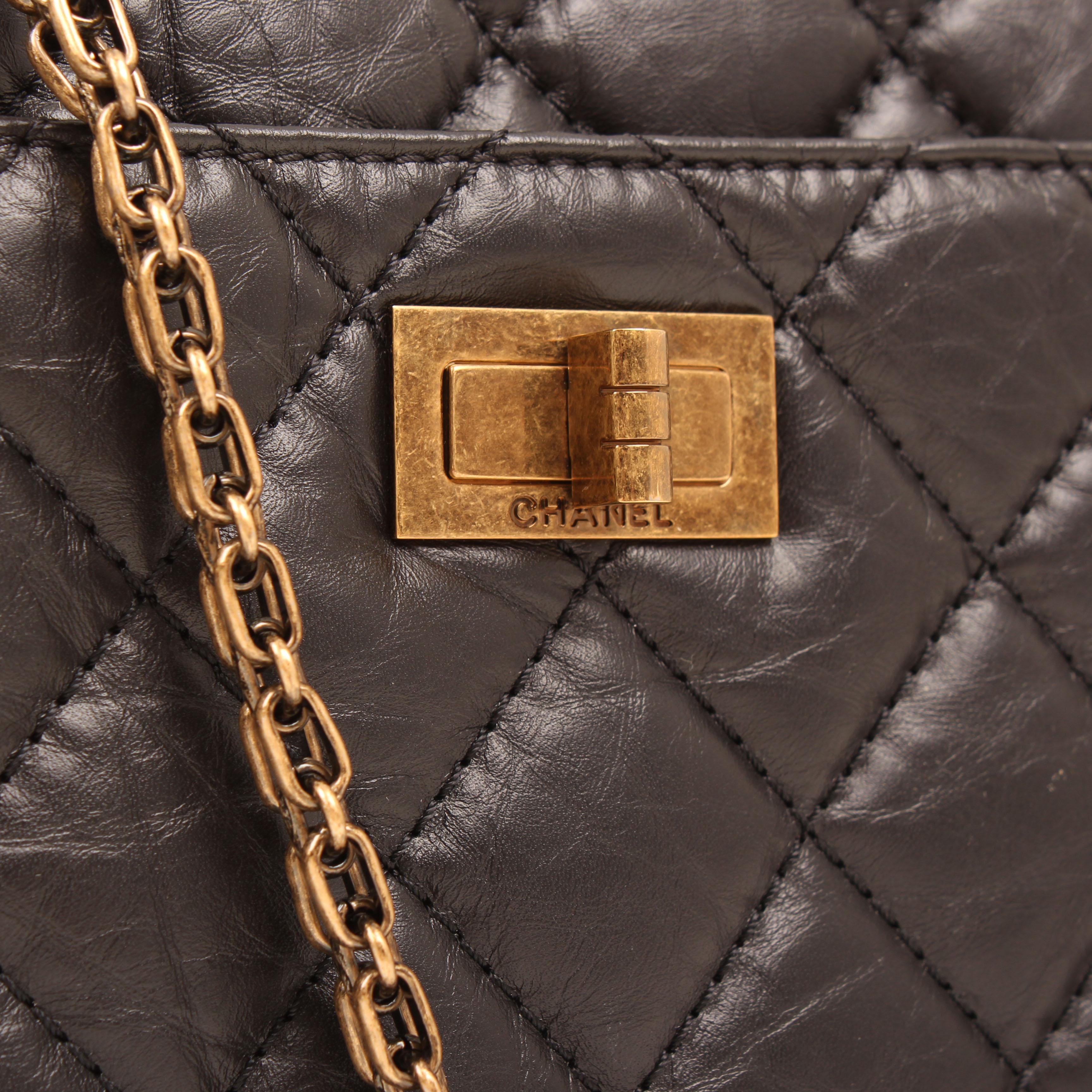 Imagen de la cadena y el cierre del bolso chanel camera jumbo reissue piel envejecida negro