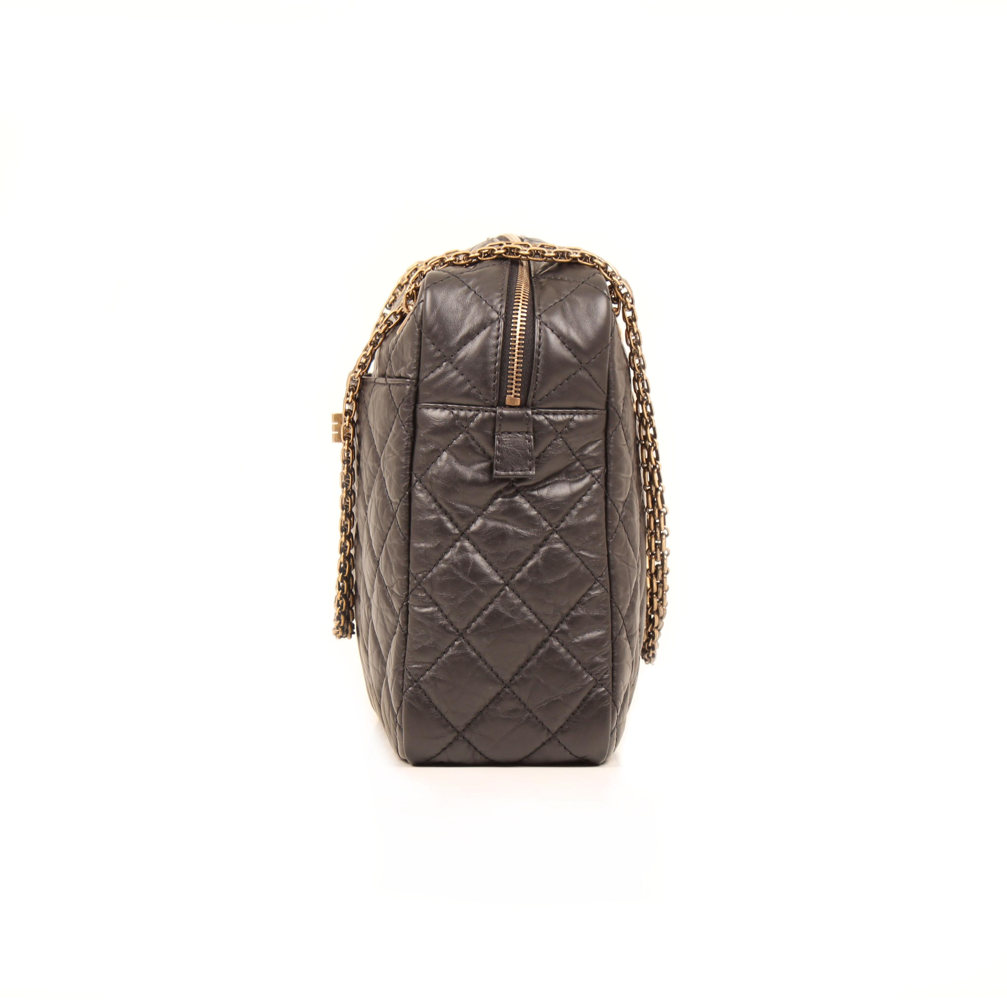 Imagen lateral del bolso chanel camera jumbo reissue piel envejecida negro