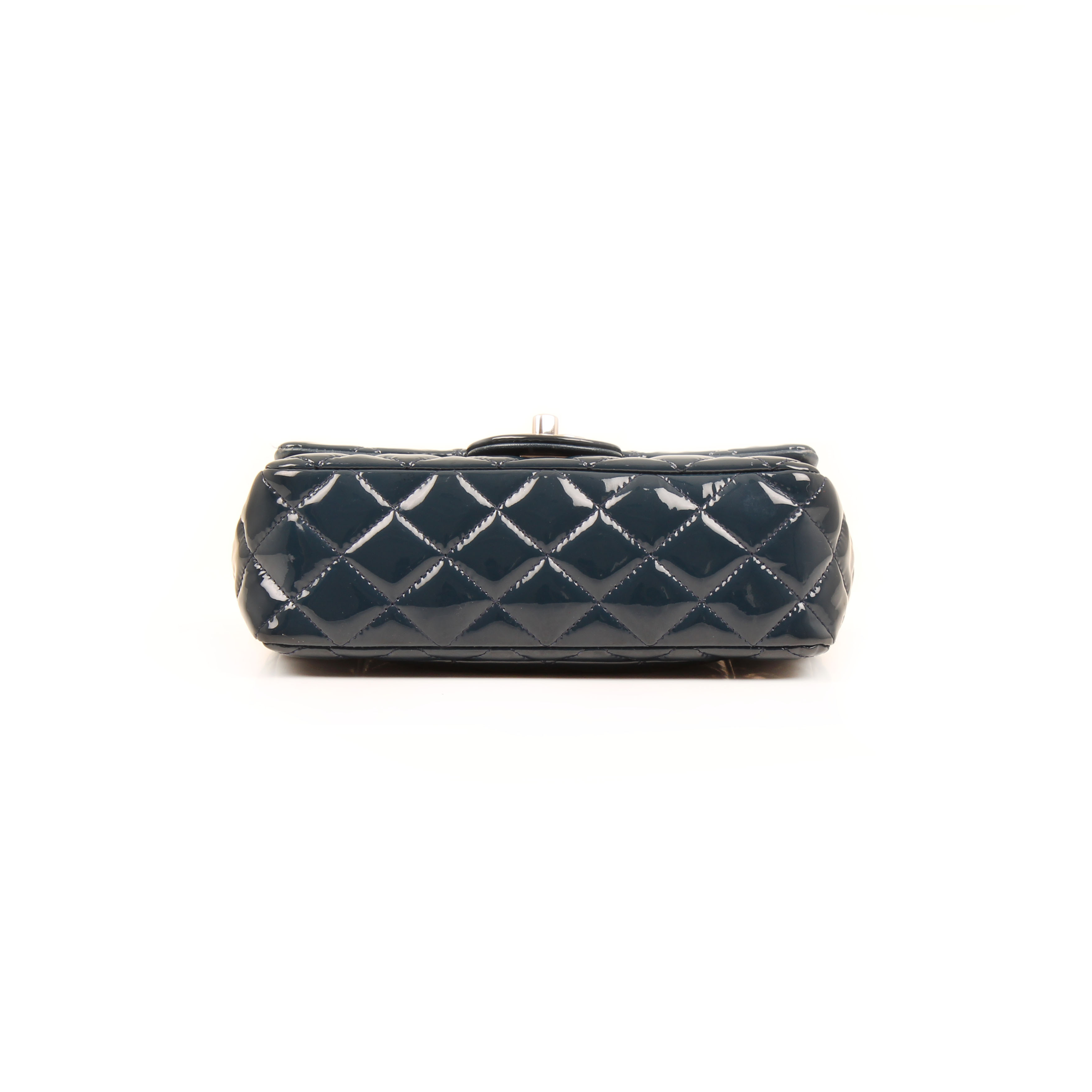 Imagen de la base del bolso chanel classic mini rectangular timeless charol azul