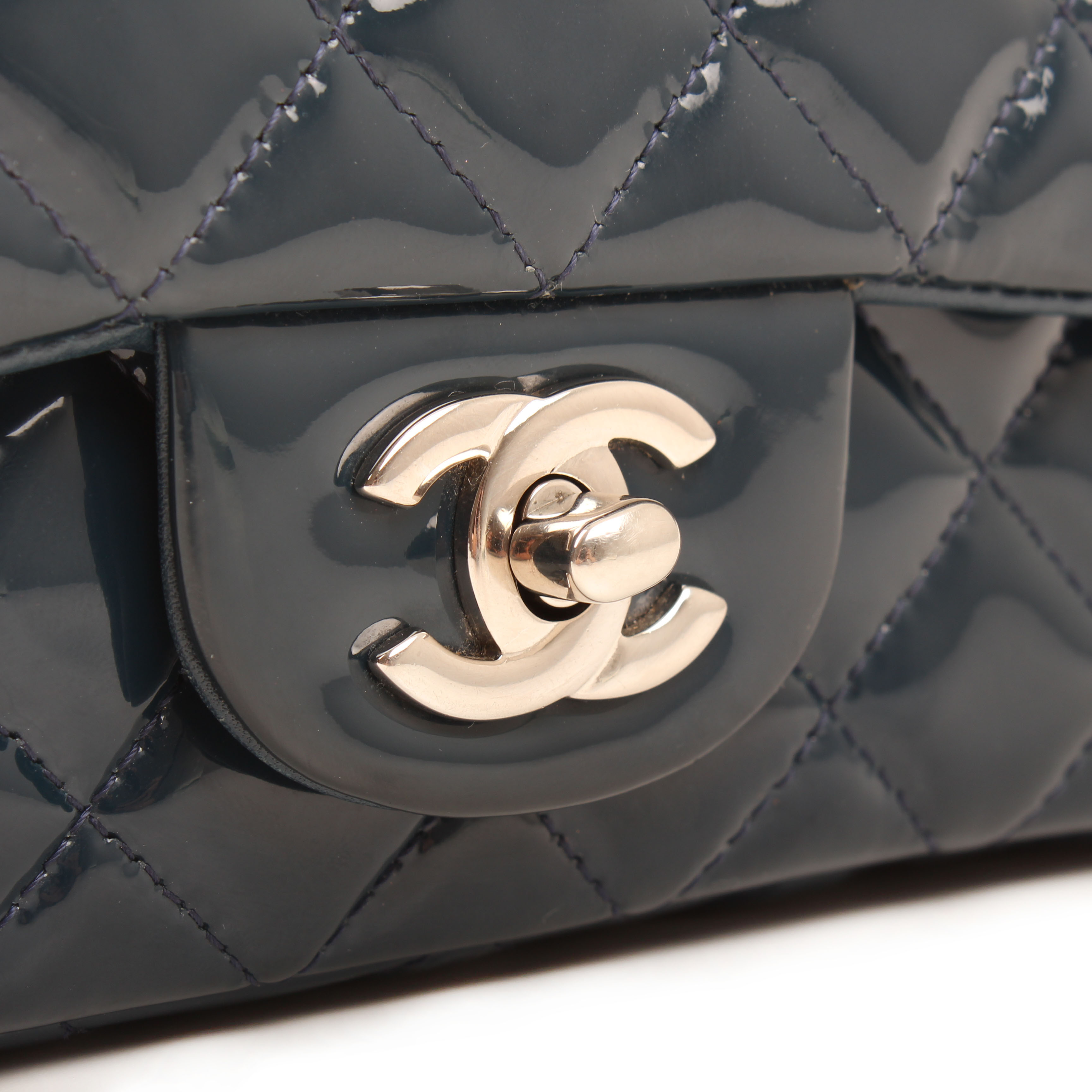 Imagen del cierre del bolso chanel classic mini rectangular timeless charol azul