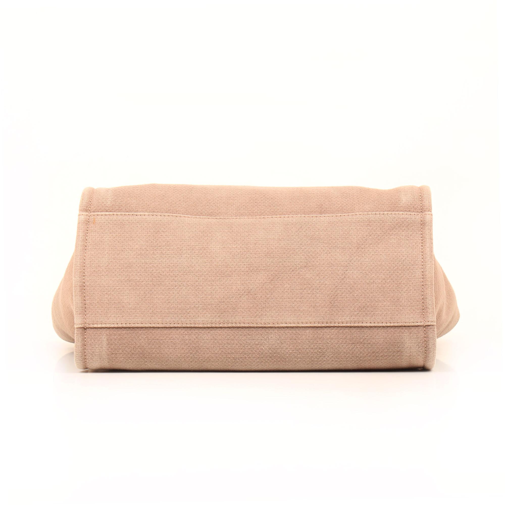 Imagen de la base del bolso chanel ecru deauville tote