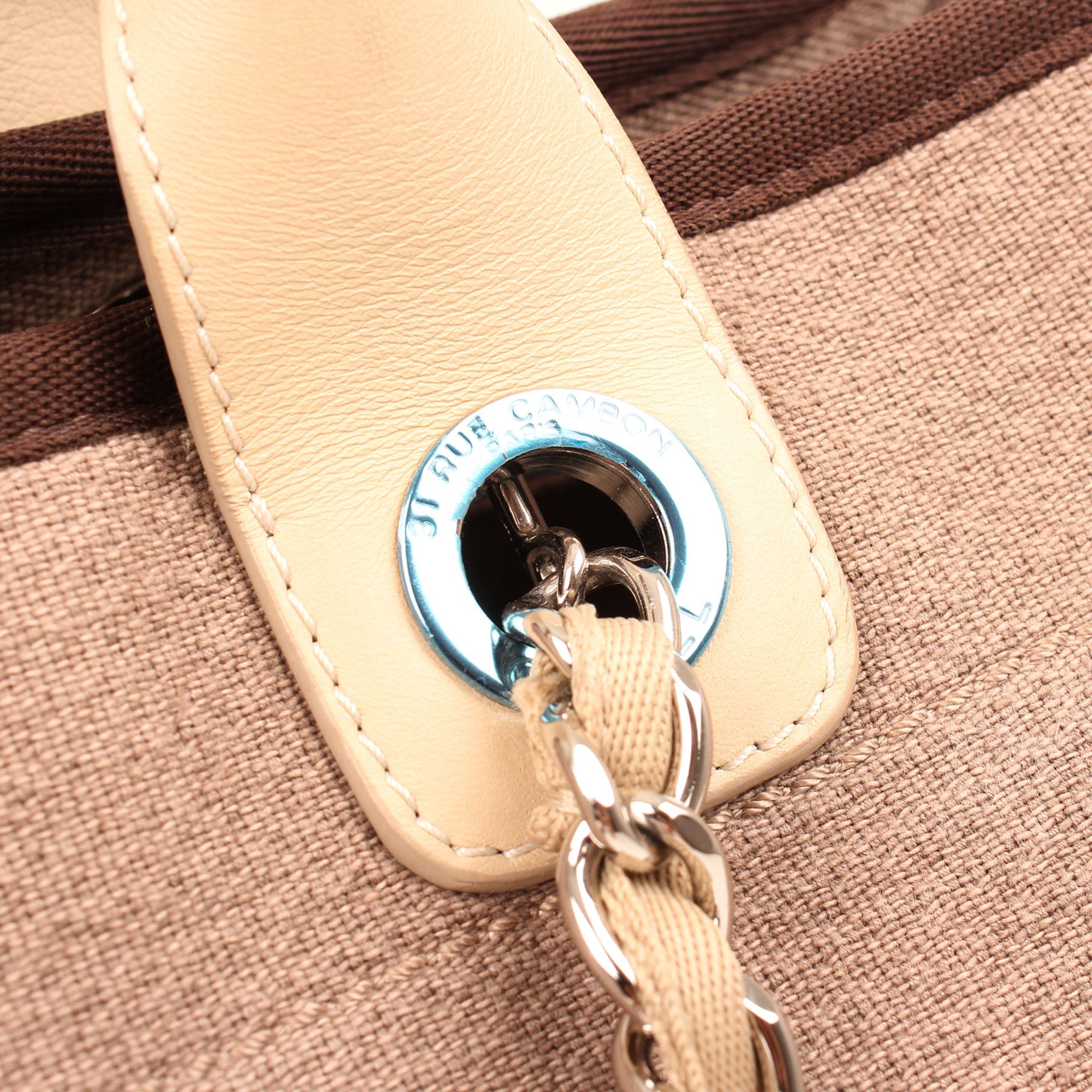 Imagen del herraje del bolso chanel ecru deauville tote