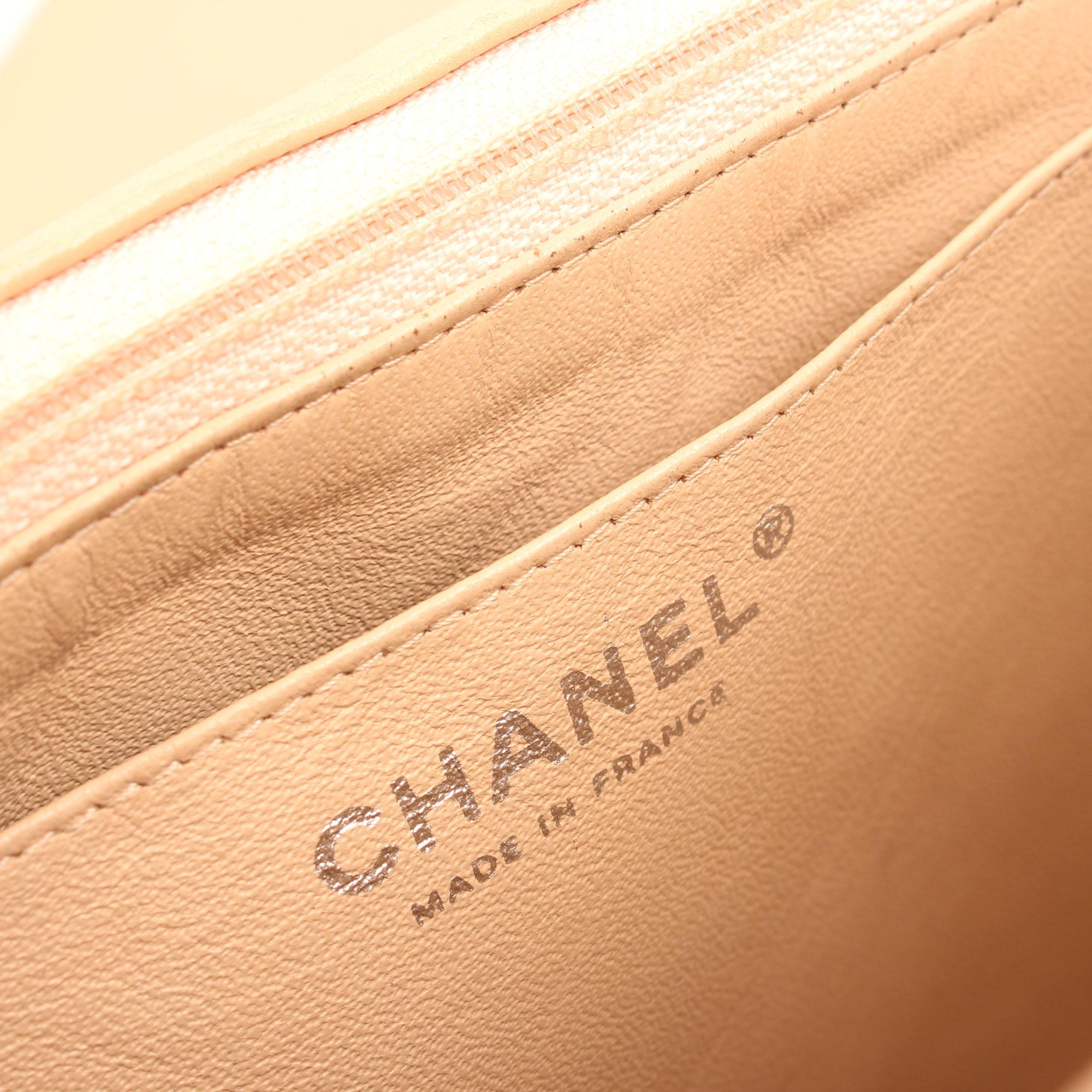 Imagen de la firma interior del bolso chanel jumbo classic beige cordero