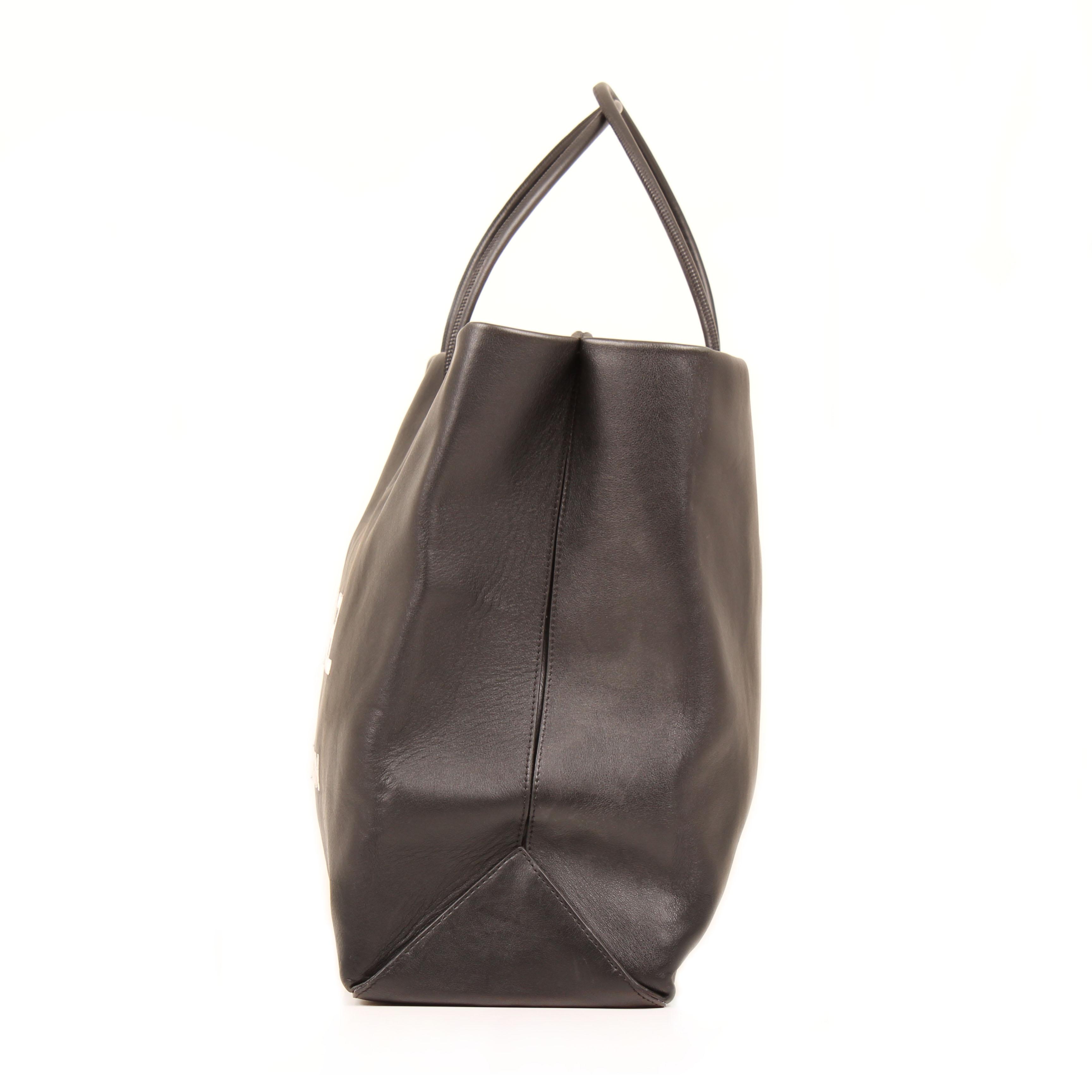 Imagen trasera del bolso tote chanel 31 rue cambon piel negro
