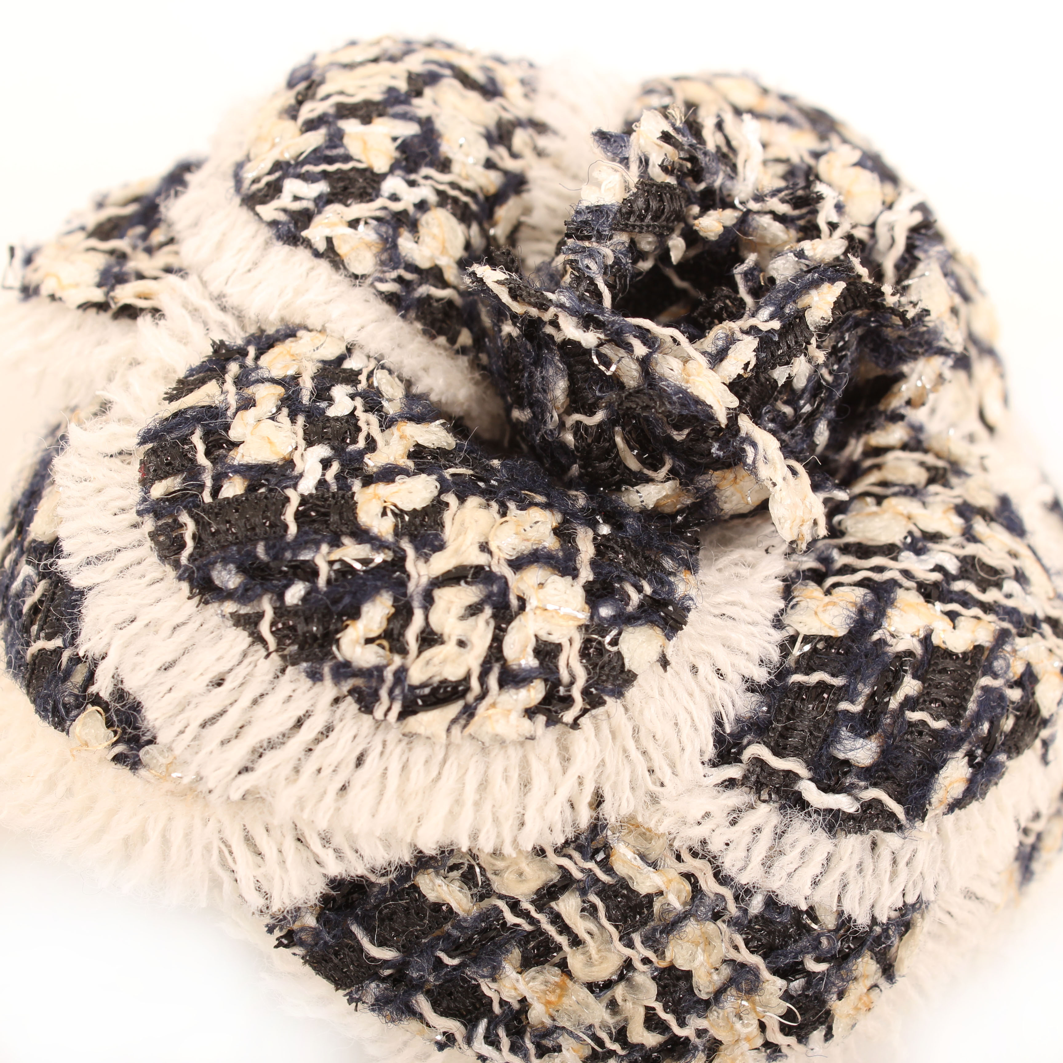 Imagen de los petalos del accesorio chanel broche camelia tricolor tweed