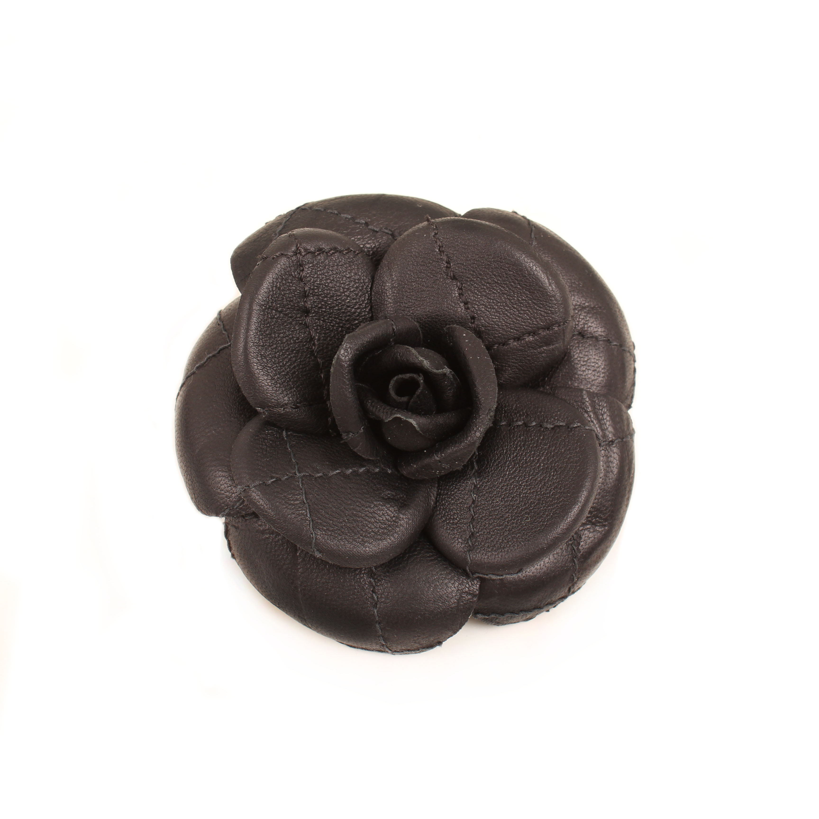 accesorio chanel camelia broche piel cordero negra frontal