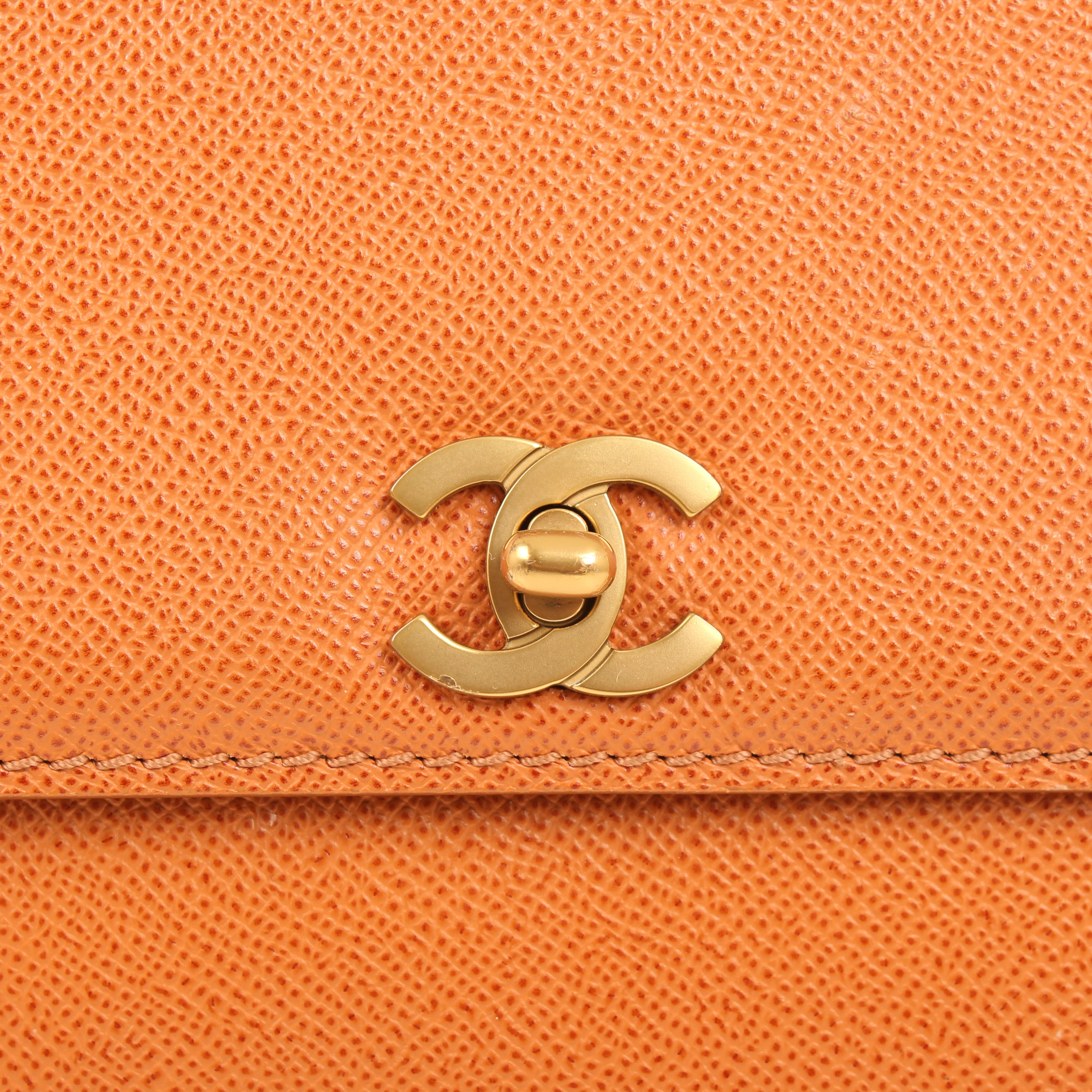 Imagen del cierre CC del bolso chanel vintage piel granulada camel