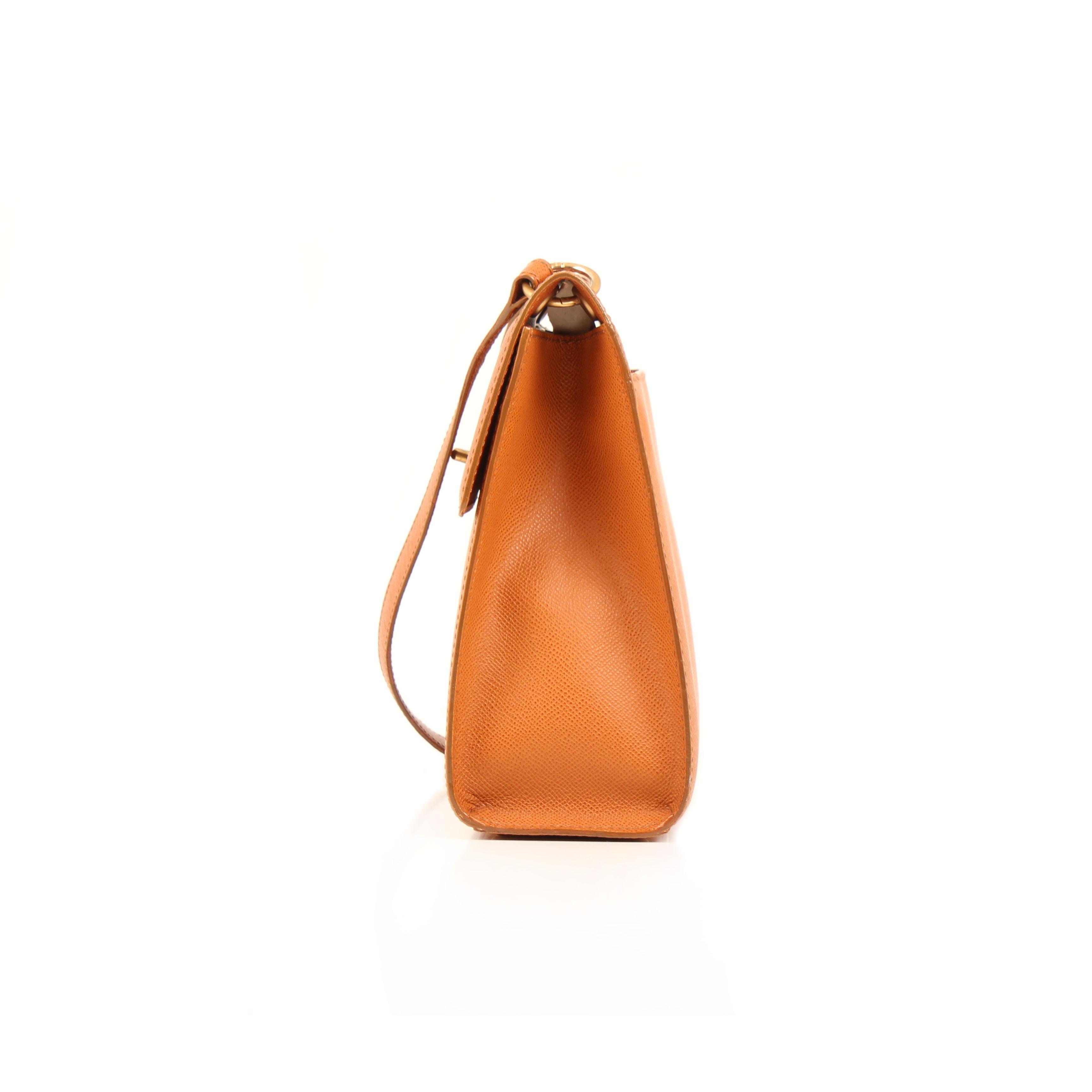 Imagen lateral del bolso chanel vintage piel granulada camel
