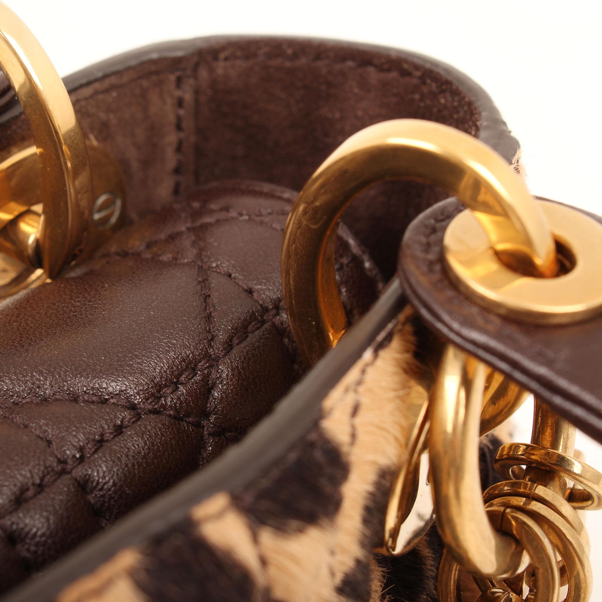 Imagen de los detalles del bolso dior lady dior mini animal print pony calfskin