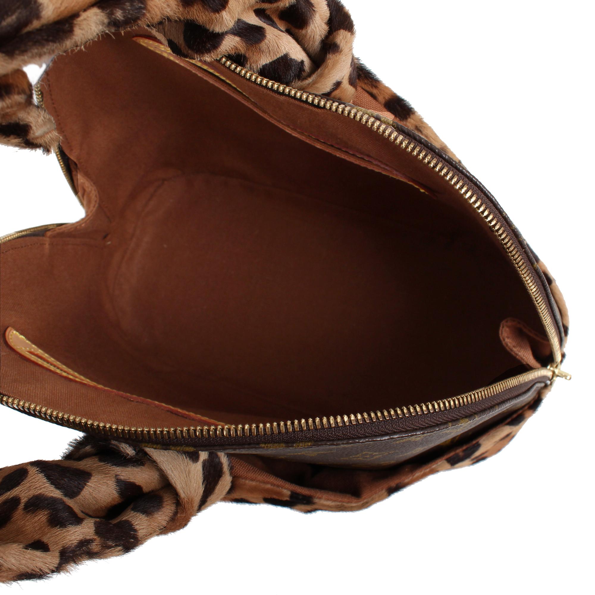 Imagen interior del bolso louis vuitton alma azzedine alaia