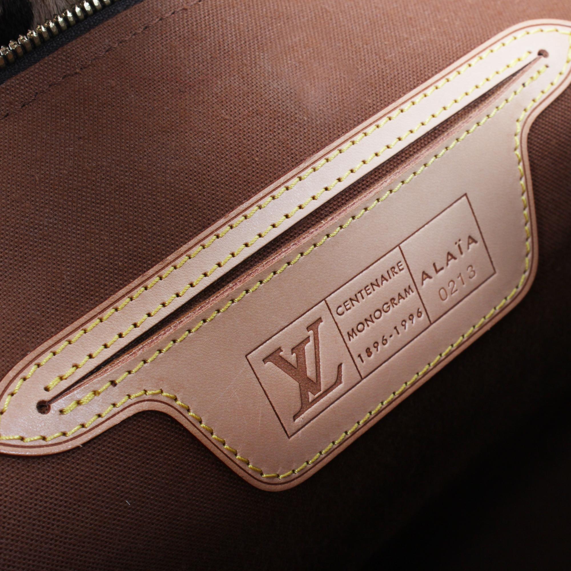 Imagen del bolsillo y marca del bolso louis vuitton alma azzedine alaia